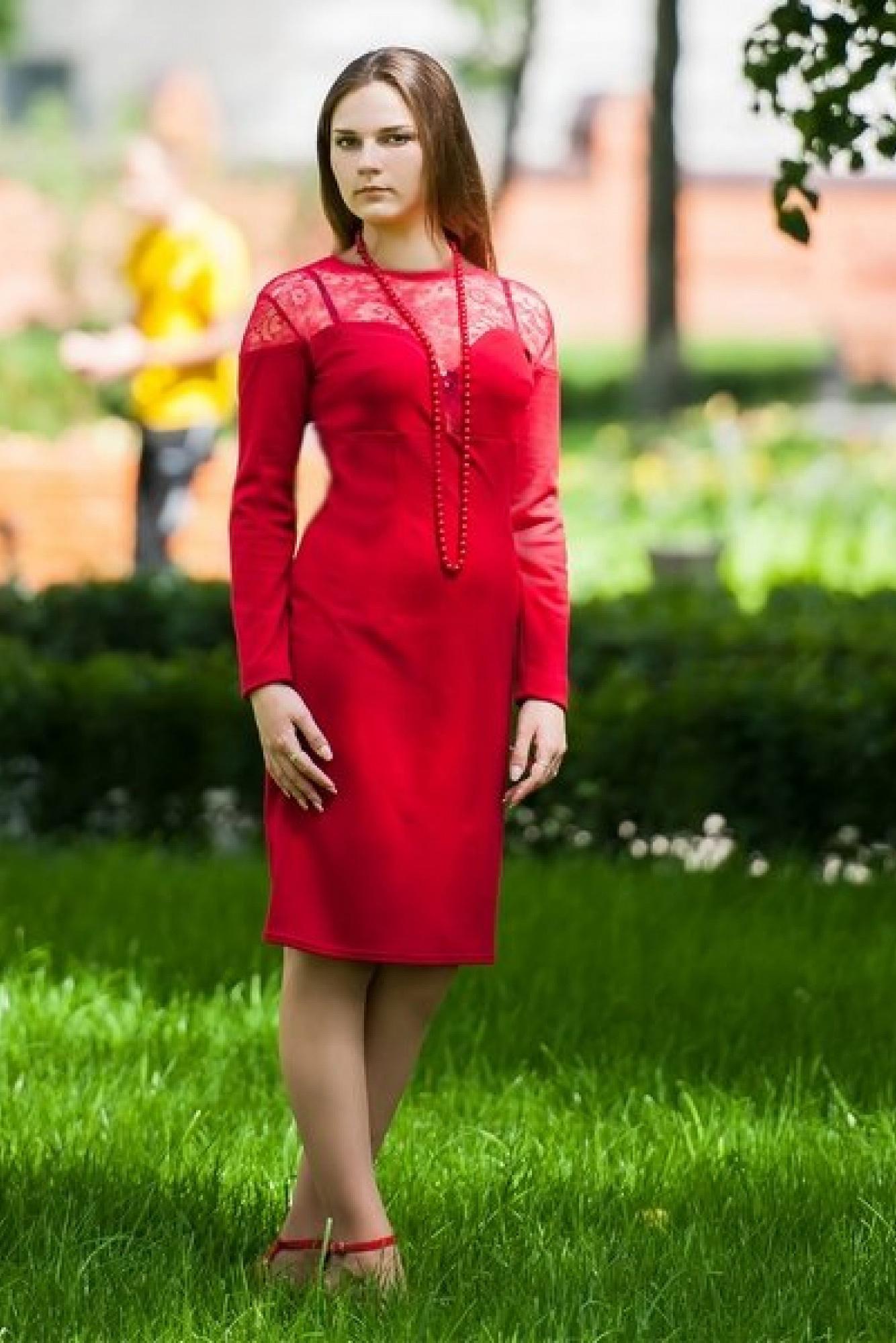 ПлатьеПлатья<br>Нарядное трикотажное платье с кружевом. Спинка, полочка и рукав поделены вставками таким образом, чтобы вся верхняя часть стана была прикрыта кружевом. Горловина на узкой трикотажной кокетке.  Бусы в комплект не входят.  Цвет: красный.  Длина изделия до 48 размера около 97 см Длина изделия от 50 размера около 102 см<br><br>Рукав: Длинный рукав<br>Горловина: С- горловина<br>Длина: До колена<br>Материал: Гипюр,Трикотаж<br>Рисунок: Однотонные<br>Сезон: Весна,Зима,Осень,Всесезон,Лето<br>Силуэт: Приталенные<br>Стиль: Нарядный стиль<br>Форма: Платье - футляр<br>Элементы: С декором<br>Размер : 46,48,50,54<br>Материал: Трикотаж + Гипюр<br>Количество в наличии: 4