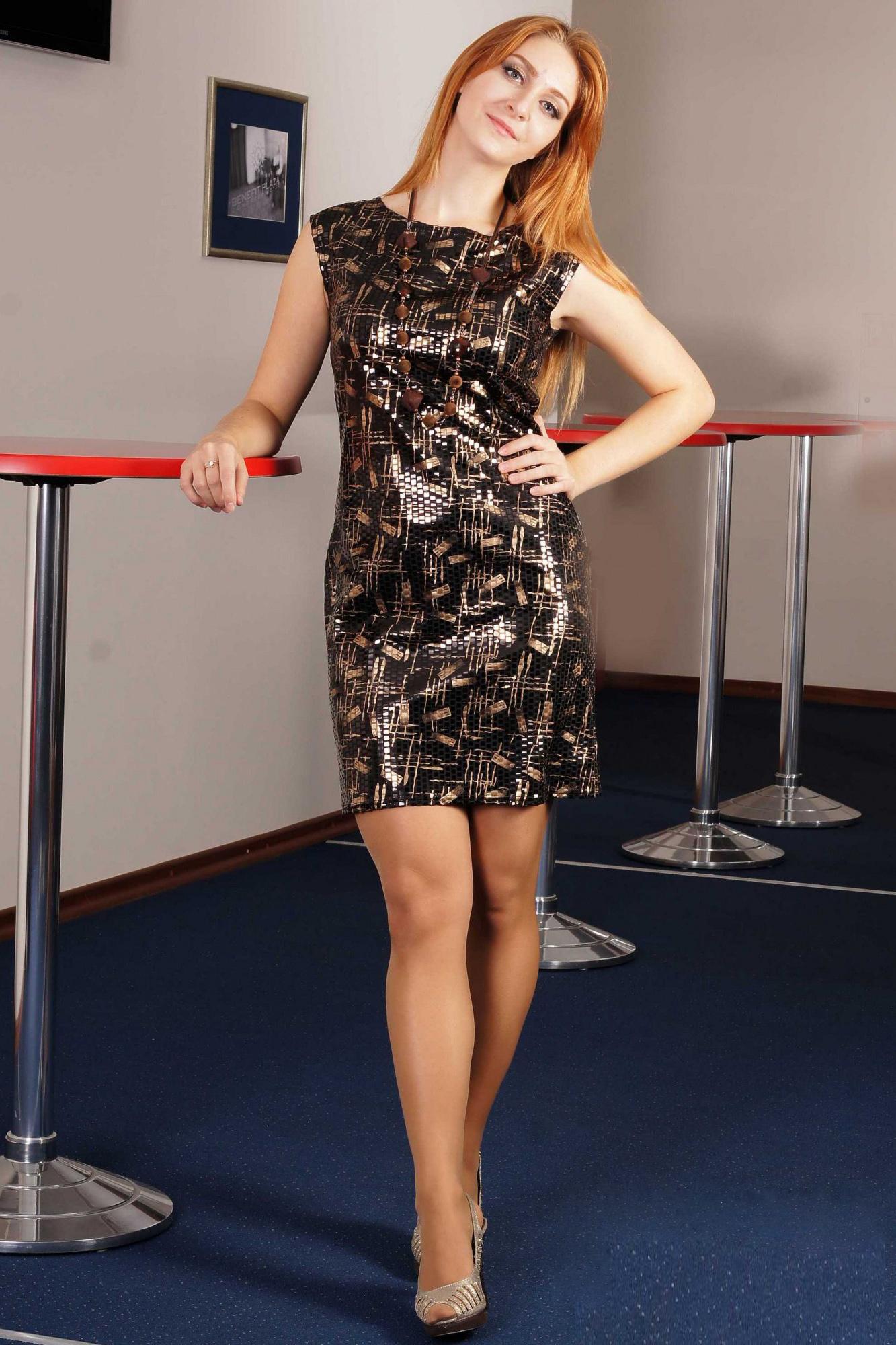 ПлатьеПлатья<br>Это стильное и эффектное платье наверняка станет любимым нарядом для молодых и юных модниц. Его яркая расцветка будет всегда привлекать всеобщее внимание к обладательнице такого платья. А облегающий крой этой модели и ее короткая длина подчеркнет все достоинства женской фигуры, а также стройность и изящность силуэта. Сочетая это платье с крупной бижутерией и обувью на высоком каблуке, каждая девушка будет чувствовать себя настоящей звездой на любой вечеринке или развлекательном мероприятии.  Укороченное платье без рукавов прилегающего силуэта. Платье из фактурного трикотажа, имитирующего покрытие пайетками. Перед с нагрудной вытачкой из бокового шва. Спинка со средним швом. Горловина округлая, расширенная и углубленная. Бижутерия в комплект не входит.  Цвет: черный, коричневый, золотой.<br><br>Горловина: С- горловина<br>По длине: До колена<br>По материалу: Трикотаж<br>По образу: Клуб,Свидание<br>По рисунку: Абстракция,С принтом,Фактурный рисунок,Цветные<br>По сезону: Весна,Зима,Лето,Осень,Всесезон<br>По силуэту: Полуприталенные,Приталенные<br>По стилю: Нарядный стиль<br>По форме: Платье - футляр<br>По элементам: С декором<br>Рукав: Без рукавов<br>Размер : 46,48,50,52<br>Материал: Трикотаж<br>Количество в наличии: 6