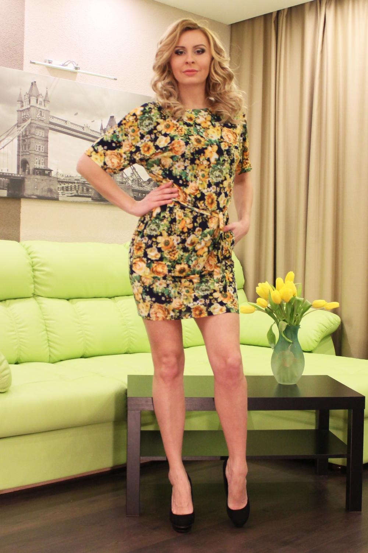 ПлатьеПлатья<br>Чудесное женское платье из легкого струящегося трикотажного полотна прилегающего силуэта, со спущенной линией плеча и внутренними боковыми карманами; вырез - quot;лодочкаquot;.   Длина изделия от 87 см до 93 см, в зависимости от размер.  Цвет: желтый, зеленый и др.  Рост девушки-фотомодели 175 см<br><br>Горловина: Лодочка<br>По длине: До колена<br>По материалу: Вискоза,Трикотаж<br>По рисунку: Растительные мотивы,С принтом,Цветные,Цветочные<br>По сезону: Лето,Осень,Весна<br>По силуэту: Полуприталенные,Приталенные<br>По стилю: Повседневный стиль<br>По форме: Платье - футляр<br>По элементам: С декором,С карманами<br>Рукав: До локтя<br>Размер : 46,50,54<br>Материал: Холодное масло<br>Количество в наличии: 3