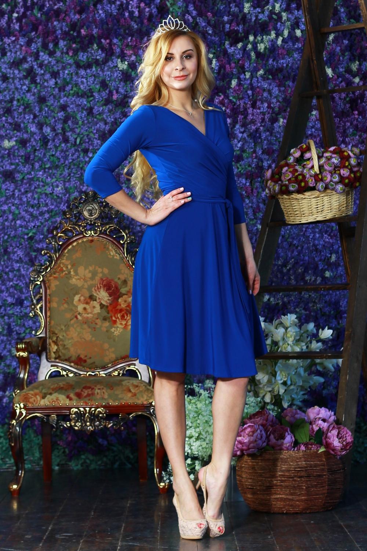 ПлатьеПлатья<br>Классическое женское платье из легкого, струящегося трикотажного полотна приталенного силуэта, отрезное по линии талии с quot;запахомquot; на груди. Мягко драпируясь полочки переходят в длинные полупояса, которые завязываются вокруг талии в различных вариациях. Рукав втачной 3/4.  Длина изделия от 99 см до 105 см, в зависимости от размера.  Цвет: синий.  Рост девушки-фотомодели 175 см<br><br>Горловина: V- горловина,Запах<br>По длине: Ниже колена<br>По материалу: Вискоза,Трикотаж<br>По рисунку: Однотонные<br>По силуэту: Приталенные<br>По стилю: Классический стиль,Кэжуал,Офисный стиль,Повседневный стиль<br>По форме: Платье - трапеция<br>По элементам: С вырезом,С декором,Со складками<br>Рукав: Рукав три четверти<br>По сезону: Осень,Весна<br>Размер : 42,44<br>Материал: Холодное масло<br>Количество в наличии: 3