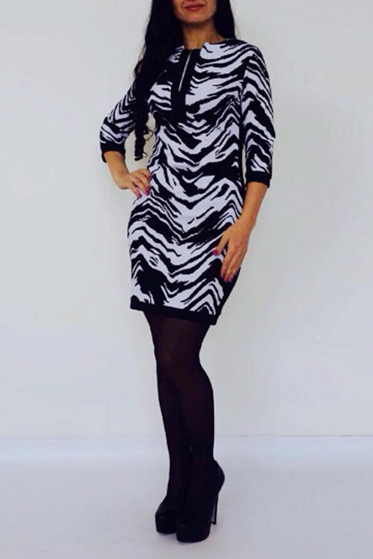 ПлатьеПлатья<br>Чувственное женское платье приталенного силуэта и рукавами 3/4 на манжетах. Модель станет идеальным дополнением к Вашему повседневному гардеробу.  Цвет: черный, белый.  Рост девушки-фотомодели 170 см<br><br>По длине: До колена<br>По материалу: Трикотаж<br>По рисунку: Зебра,С принтом,Цветные,Животные мотивы<br>По силуэту: Приталенные<br>По стилю: Повседневный стиль<br>По форме: Платье - футляр<br>По элементам: С манжетами<br>Рукав: Рукав три четверти<br>По сезону: Осень,Весна,Зима<br>Горловина: С- горловина<br>Размер : 42,44,46<br>Материал: Трикотаж<br>Количество в наличии: 4