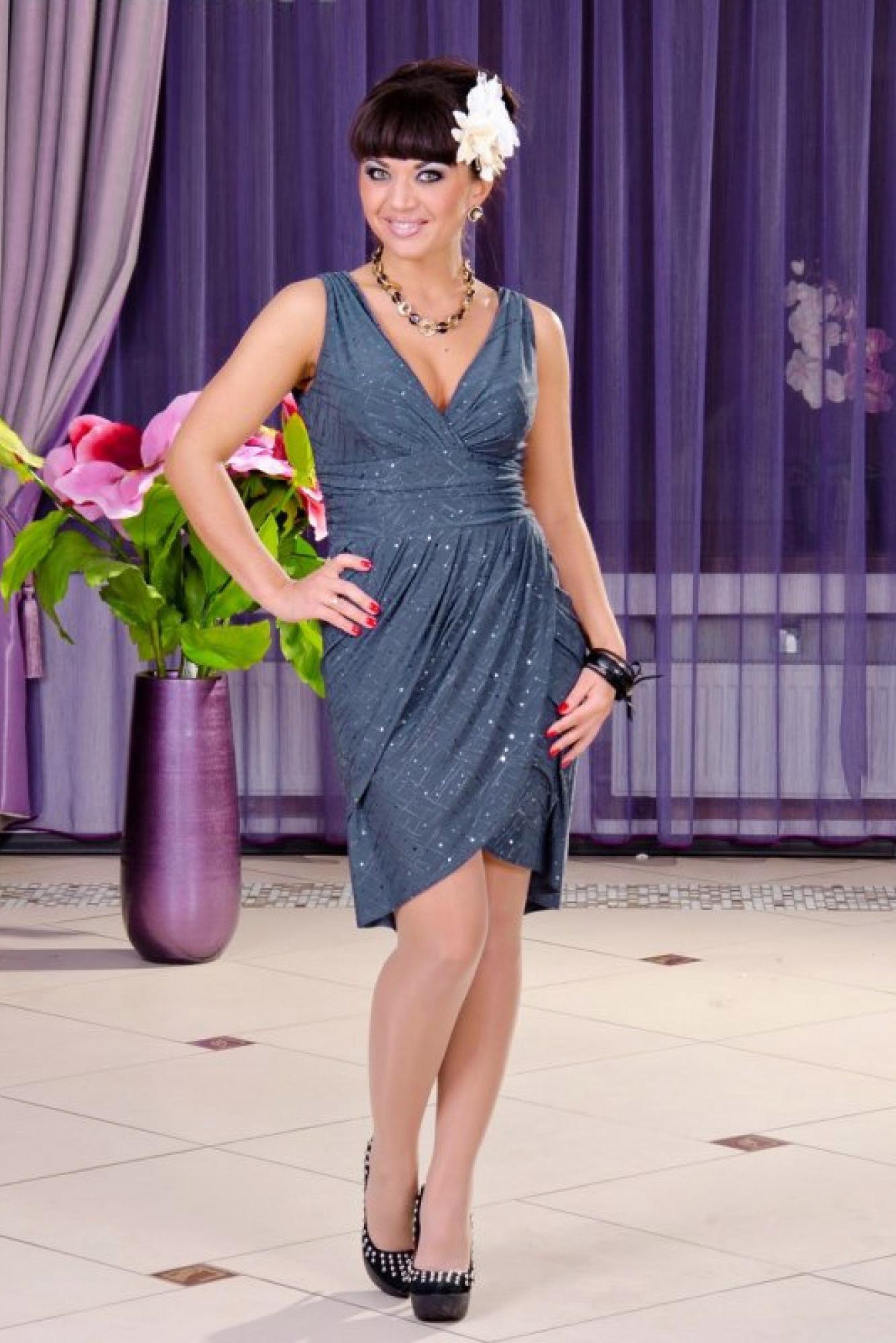 ПлатьеПлатья<br>Грациозное, нарядное платье в греческом стиле. Лиф и юбка выполнены на запах.  Бижутерия в комплект не входит.  Цвет: серый.  Длина изделия около 98 см<br><br>Горловина: V- горловина,Запах<br>По длине: До колена<br>По материалу: Трикотаж<br>По рисунку: Однотонные<br>По сезону: Весна,Зима,Лето,Осень,Всесезон<br>По силуэту: Приталенные<br>По стилю: Нарядный стиль,Вечерний стиль<br>По форме: Платье - тюльпан<br>По элементам: С вырезом,С декором,С завышенной талией,С разрезом,С фигурным низом,Со складками<br>Рукав: Без рукавов<br>Размер : 46,48,50<br>Материал: Холодное масло<br>Количество в наличии: 5