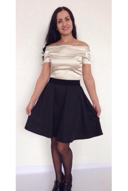 ПлатьеПлатья<br>Повседневно-нарядное платье прекрасно подойдет как для праздника, так и для романтичной встречи. В наших платьях Вы будете выглядеть очаровательно на протяжении всего дня  Цвет: черный, молочный.  Рост девушки-фотомодели 170 см<br><br>Горловина: Лодочка<br>По длине: До колена<br>По материалу: Атлас,Тканевые<br>По образу: Город,Свидание<br>По рисунку: Цветные<br>По сезону: Весна,Зима,Лето,Осень,Всесезон<br>По силуэту: Приталенные<br>По стилю: Нарядный стиль,Повседневный стиль<br>По форме: Беби - долл,Платье - трапеция<br>По элементам: С декором,С открытыми плечами,Со складками<br>Рукав: Короткий рукав<br>Размер : 42,44,46,48<br>Материал: Атлас<br>Количество в наличии: 4