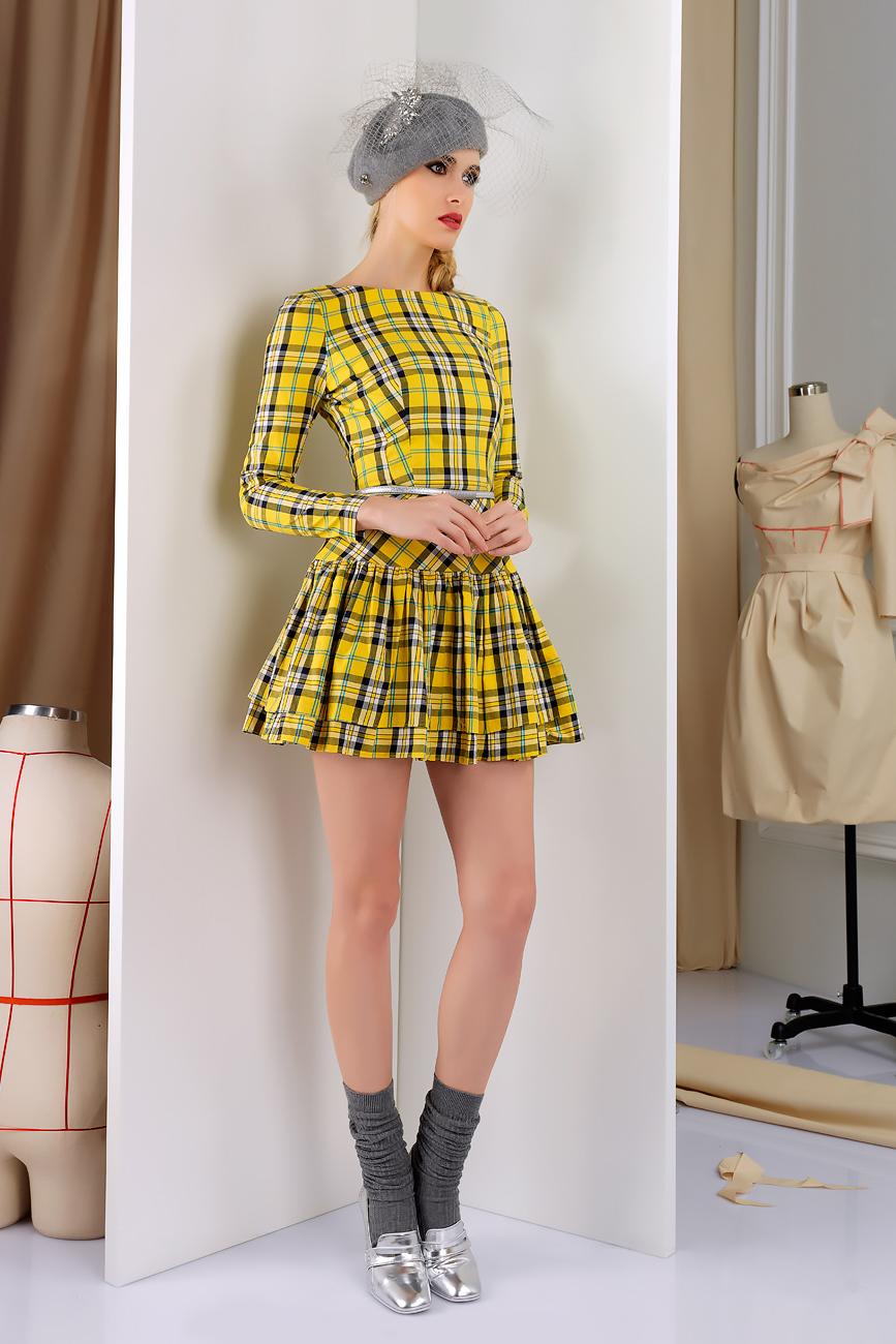 ПлатьеПлатья<br>Девичье платье из костюмной вискозы. Классическая клетка в новом сочетании цветов освежает простоту кроя. Отрезная баска и игра полосок создает милый незабываемый образ.  Платье без пояса  Длина платья в готовом виде от талии 45 см (для размера 46).  Цвет: желтый, белый, черный  Рост девушки-фотомодели 172 см.<br><br>Горловина: С- горловина<br>По длине: Мини<br>По материалу: Вискоза,Костюмные ткани,Тканевые<br>По образу: Город,Свидание<br>По рисунку: В полоску,Цветные,С принтом<br>По сезону: Зима,Осень,Весна<br>По стилю: Повседневный стиль<br>По форме: Платье - трапеция<br>Рукав: Длинный рукав<br>По силуэту: Приталенные<br>Размер : 44,46,48<br>Материал: Костюмно-плательная ткань<br>Количество в наличии: 1