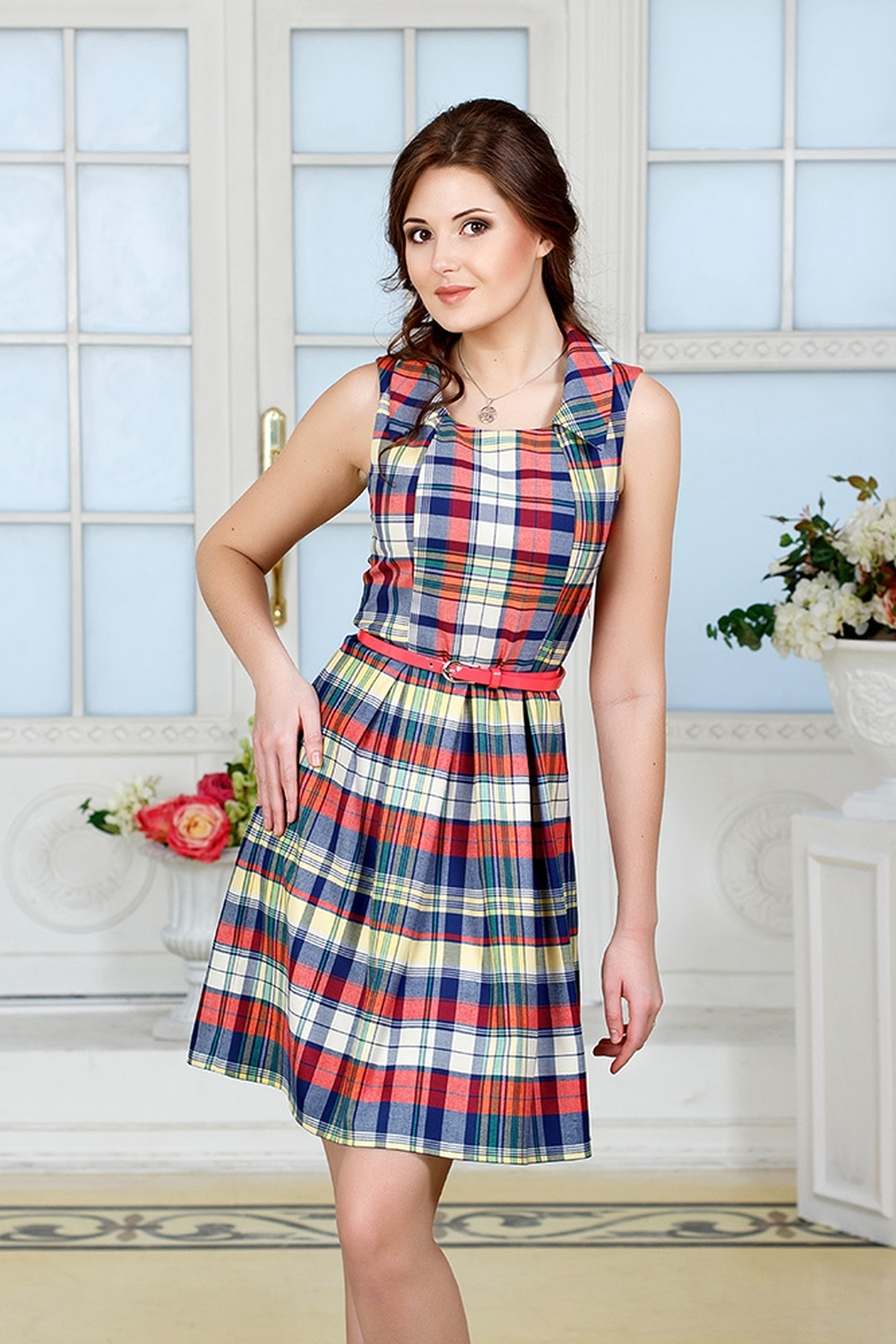 ПлатьеПлатья<br>Платье в яркую клетку из костюмной вискозы. Приталенный силуэт, отрезное по талии, юбка с глубокими встречными складками. Кокетливый отложной воротник. Сбоку застёгивается на молнию.Платье без пояса.Рост девушки-фотомодели 176 см.В изделии использованы цвета: бежевый, красный, синий и др.Параметры размеров:40 размер - обхват груди 80 см., обхват талии 62 см., обхват бедер 86 см., обхват шеи 34 см.42 размер - обхват груди 84 см., обхват талии 66 см., обхват бедер 90 см., обхват шеи 35 см.44 размер - обхват груди 88 см., обхват талии 70 см., обхват бедер 94 см., обхват шеи 36 см.46 размер - обхват груди 92 см., обхват талии 74 см., обхват бедер 98 см., обхват шеи 37 см.48 размер - обхват груди 96 см., обхват талии 78 см., обхват бедер 102 см., обхват шеи 38 см.50 размер - обхват груди 100 см., обхват талии 85 см., обхват бедер 106 см., обхват шеи 39 см.52 размер - обхват груди 104 см., обхват талии 86 см., обхват бедер 110 см., обхват шеи 40 см.54 размер - обхват груди 110 см., обхват талии 92 см., обхват бедер 116 см., обхват шеи 41 см.56 размер - обхват груди 116 см., обхват талии 98 см., обхват бедер 122 см., обхват шеи 42 см.Ростовка изделия 168 см.<br><br>Горловина: С- горловина<br>Рукав: Без рукавов<br>Длина: До колена<br>Материал: Тканевые<br>Рисунок: В клетку,С принтом,Цветные<br>Сезон: Лето<br>Силуэт: Полуприталенные<br>Стиль: Кэжуал,Летний стиль,Повседневный стиль<br>Форма: Платье - трапеция<br>Размер : 48,50,52<br>Материал: Плательная ткань<br>Количество в наличии: 5