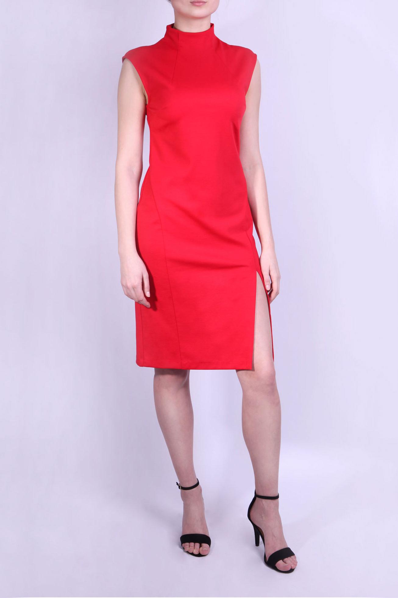 ПлатьеПлатья<br>Красивое платье красного цвета. Этот оттенок красного называется «Скарлет». Платье без рукавов с высокой горловиной с тремя пуговицами на спине и разрезом внизу. Преимуществом платья с разрезом является его способность превращать обычную женщину в уверенную в себе леди, харизматичную и чувственную особу, притягивающую к себе взгляды окружающих.  Параметры размеров: Обхват груди размер 42 - 84 см, размер 44 - 88 см, размер 46 - 92 см, размер 48 - 96 см, размер 50 - 100 см, размер 52 - 104 см Обхват талии размер 42 - 64 см, размер 44 - 68 см, размер 46 - 72 см, размер 48 - 76 см, размер 50 - 80 см, размер 52 - 84 см Обхват бедер размер 42 - 92 см, размер 44 - 96 см, размер 46 - 100 см, размер 48 - 104 см, размер 50 - 108 см, размер 52 - 112 см  Цвет: красный  Ростовка изделия 170 см.<br><br>Воротник: Стойка<br>По длине: До колена<br>По материалу: Вискоза,Трикотаж<br>По рисунку: Однотонные<br>По силуэту: Приталенные<br>По стилю: Нарядный стиль,Повседневный стиль<br>По форме: Платье - футляр<br>По элементам: С разрезом<br>Разрез: Короткий<br>Рукав: Без рукавов<br>По сезону: Осень,Весна<br>Размер : 42,44<br>Материал: Джерси<br>Количество в наличии: 2