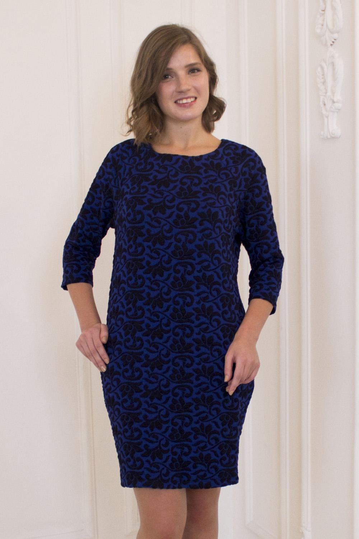 ПлатьеПлатья<br>Великолепное платье с круглой горловиной и рукавами 3/4. Модель выполнена из приятного трикотажа. Отличный выбор для любого случая.  Цвет: синий, черный  Рост девушки-фотомодели 170 см.<br><br>Горловина: С- горловина<br>По длине: До колена<br>По материалу: Трикотаж<br>По рисунку: Абстракция,С принтом,Цветные<br>По сезону: Весна,Осень,Зима<br>По силуэту: Свободные<br>По стилю: Повседневный стиль<br>Рукав: Рукав три четверти<br>Размер : 42,44,46,48,50<br>Материал: Трикотаж<br>Количество в наличии: 5