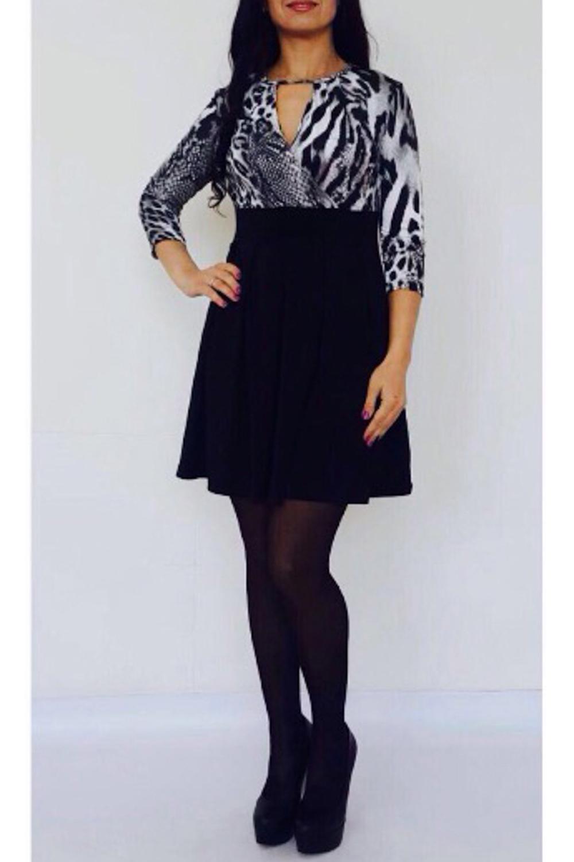 ПлатьеПлатья<br>Элегантное и женственное платье, которое подойдет любому типу фигуры, выполненное из приятного телу трикотажа Рукава 3/4.  Цвет: черный, белый.  Рост девушки-фотомодели 170 см<br><br>Горловина: V- горловина<br>По длине: До колена<br>По материалу: Трикотаж<br>По рисунку: Животные мотивы,Зебра,С принтом,Цветные,Леопард,Рептилия<br>По силуэту: Приталенные<br>По стилю: Повседневный стиль<br>По форме: Платье - трапеция<br>По элементам: С декором,С завышенной талией<br>Рукав: Рукав три четверти<br>По сезону: Осень,Весна<br>Размер : 42,44,46,50<br>Материал: Холодное масло<br>Количество в наличии: 7