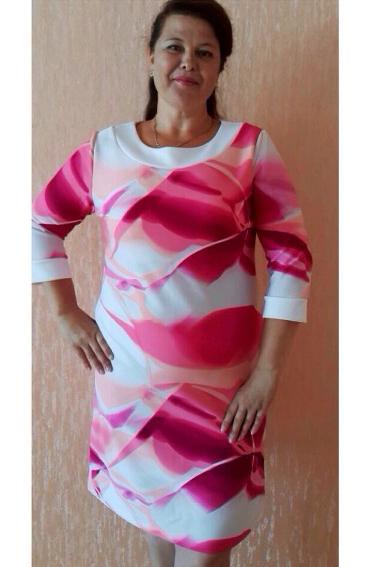 ПлатьеПлатья<br>Элегантное и женственное платье приталеннего силуэта станет изумительным вариантом повседневного или выходного наряда. Цветочные оттенки украсят любую леди.  Цвет: розовый, белый.  Ростовка изделия 170 см<br><br>Горловина: С- горловина<br>По длине: До колена<br>По материалу: Трикотаж<br>По рисунку: С принтом,Цветные<br>По сезону: Весна,Зима,Осень<br>По силуэту: Полуприталенные,Приталенные<br>По стилю: Повседневный стиль,Романтический стиль<br>По форме: Платье - футляр<br>По элементам: С манжетами<br>Рукав: Рукав три четверти<br>Размер : 48,50,52,54<br>Материал: Трикотаж<br>Количество в наличии: 10