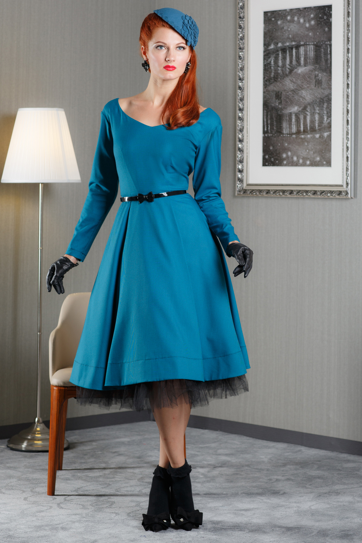 ПлатьеПлатья<br>Платье из костюмной ткани. Необычный крой рукава и спущенное плечо в комплекте с прилегающим верхом и расклешенной юбкой, создают романтичный офисный образ. В комплект изделию входит юбка пачка и ремень контрастного черного цвета.  Платье без пояса  Длина изделия от талии 70 см в готовом виде от талии (для размера 44).  Цвет: синий, черный  Рост девушки-фотомодели 172 см.<br><br>Горловина: V- горловина<br>По длине: Ниже колена<br>По материалу: Костюмные ткани<br>По образу: Свидание,Выход в свет<br>По рисунку: Однотонные<br>По сезону: Зима,Весна,Осень<br>По силуэту: Полуприталенные<br>По стилю: Нарядный стиль,Винтаж,Классический стиль,Романтический стиль<br>По форме: Платье - трапеция<br>По элементам: С декором,С подкладом,С фигурным низом,Со складками<br>Рукав: Длинный рукав<br>Размер : 44<br>Материал: Костюмно-плательная ткань<br>Количество в наличии: 1