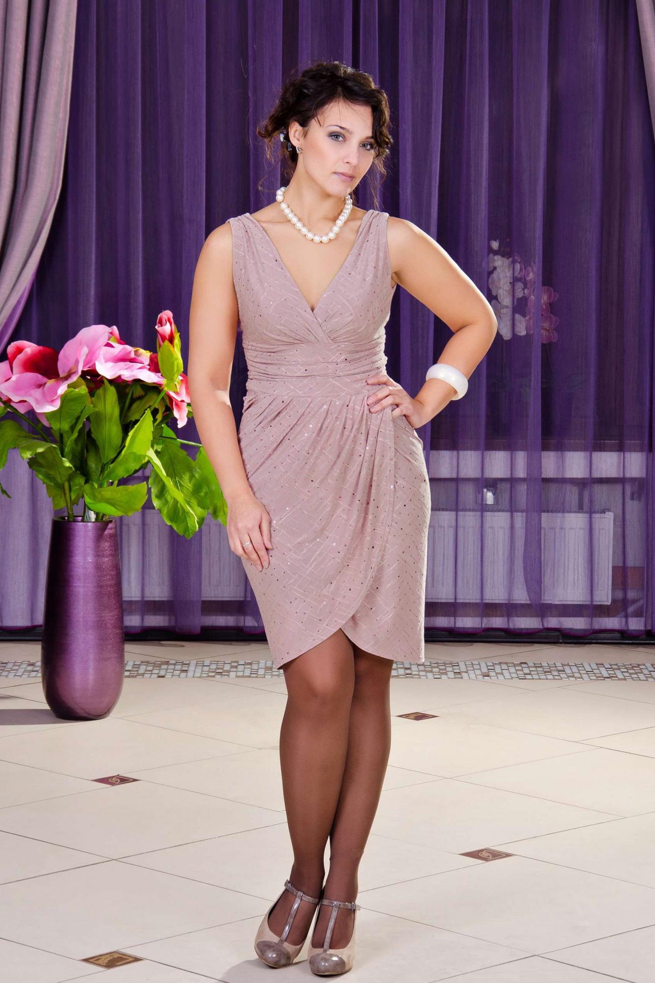 ПлатьеПлатья<br>Грациозное, нарядное платье в греческом стиле. Лиф и юбка выполнены на запах. Бижутерия в комплект не входит.Цвет: розовый.Длина изделия около 98 см<br><br>Горловина: V- горловина,Запах<br>Рукав: Без рукавов<br>Длина: До колена<br>Материал: Трикотаж<br>Стиль: Вечерний стиль,Нарядный стиль<br>Рисунок: Однотонные<br>Сезон: Весна,Всесезон,Зима,Лето,Осень<br>Силуэт: Приталенные<br>Форма: Платье - тюльпан<br>Элементы: С вырезом,С декором,С завышенной талией,С разрезом,С фигурным низом,Со складками<br>Размер : 46,52,54<br>Материал: Холодное масло<br>Количество в наличии: 3
