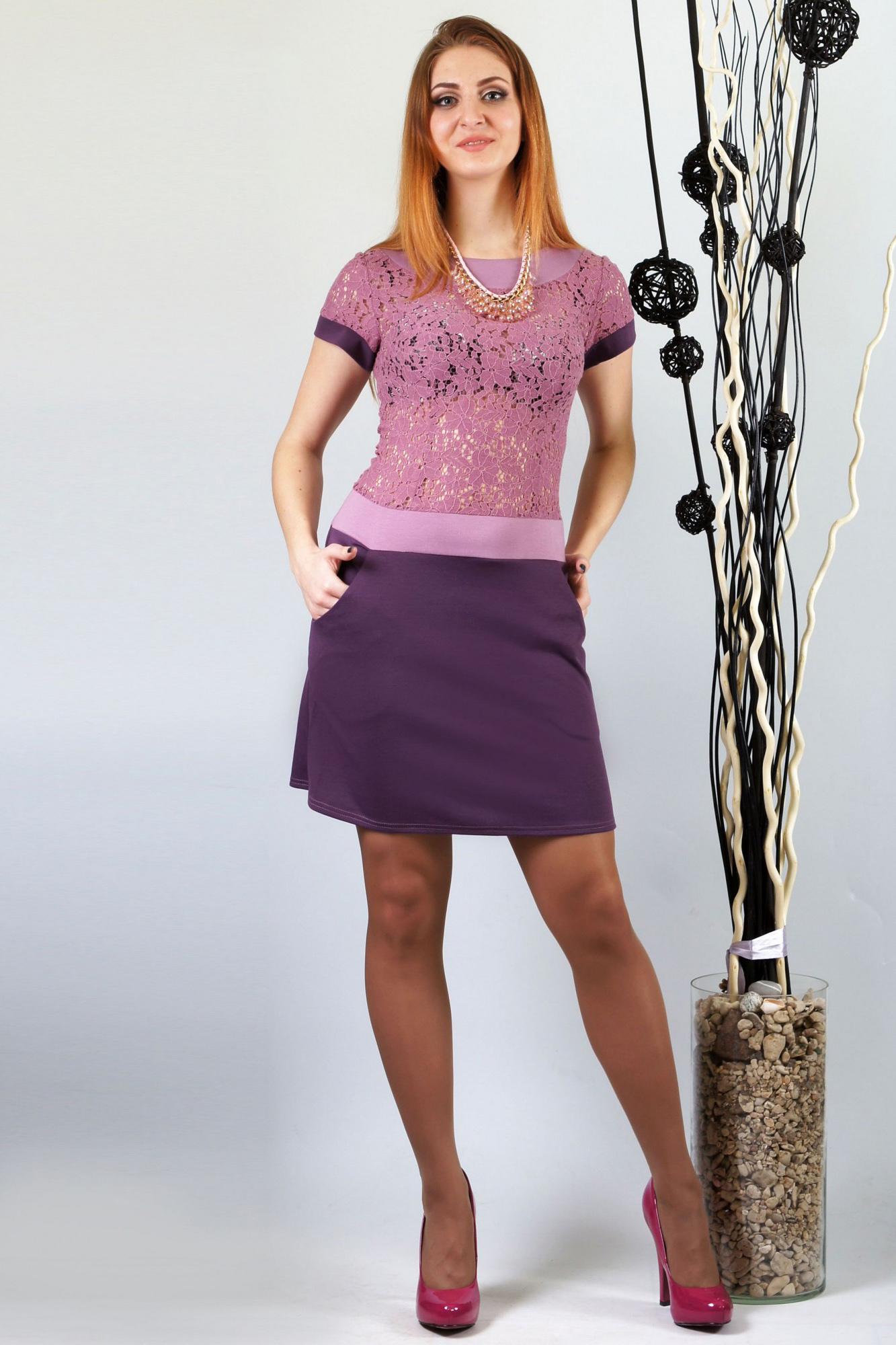 ПлатьеПлатья<br>Спортивный силуэт подчеркивает контрастная отделка, укороченная длина и карманы. Верх изделия выполнен из хлопкового гипюра, который эффектно подчеркивает грудь.  Длина 88 см.  Цвет: фиолетовый, сиреневый  Ростовка изделия 170 см.<br><br>Горловина: С- горловина<br>По длине: До колена<br>По материалу: Вискоза,Гипюр<br>По рисунку: Цветные<br>По сезону: Весна,Зима,Лето,Осень,Всесезон<br>По силуэту: Полуприталенные<br>По стилю: Нарядный стиль<br>По форме: Платье - футляр<br>Рукав: Короткий рукав<br>По образу: Свидание<br>По элементам: С карманами<br>Размер : 44,46,50,52<br>Материал: Джерси + Гипюр<br>Количество в наличии: 6