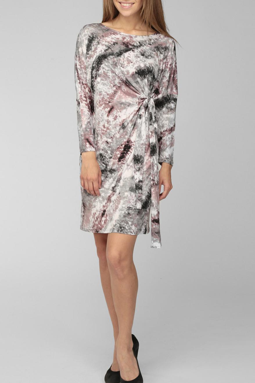 ПлатьеПлатья<br>Элегантное и женственное платье, которое подойдет любому типу фигуры, выполненное из струящегося трикотажа.  Цвет: серый, черный, белый, бежево-розовый.<br><br>Горловина: Лодочка<br>По длине: До колена<br>По материалу: Вискоза,Трикотаж<br>По рисунку: Цветные,С принтом<br>По силуэту: Полуприталенные<br>По стилю: Повседневный стиль<br>По форме: Платье - футляр<br>По элементам: С декором,С завязками,Со складками<br>Рукав: Длинный рукав<br>По сезону: Осень,Весна<br>Размер : 44-46,48-50,52-54<br>Материал: Холодное масло<br>Количество в наличии: 3