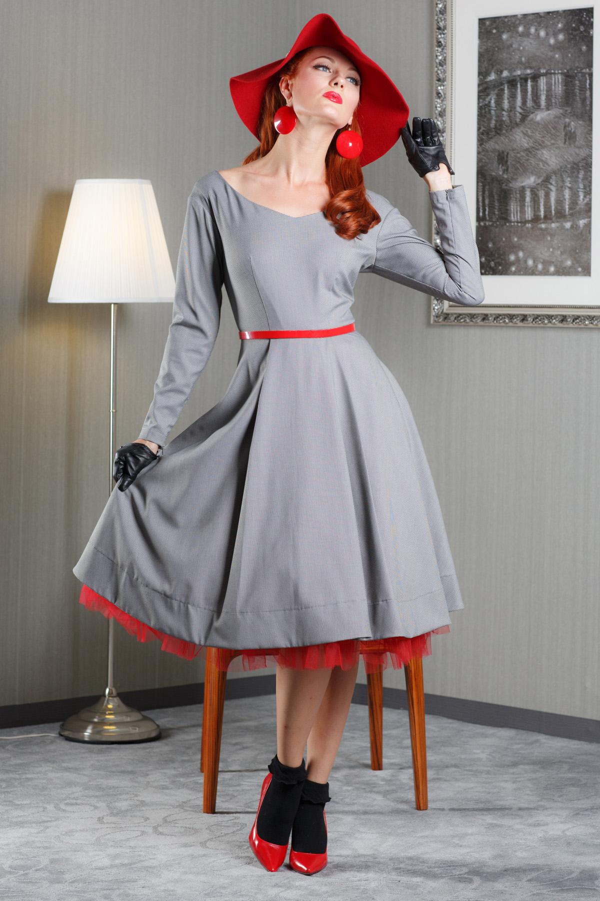 ПлатьеПлатья<br>Платье из костюмной ткани. Необычный крой рукава и спущенное плечо в комплекте с прилегающим верхом и расклешенной юбкой, создают романтичный офисный образ. В комплект изделию входит юбка пачка и ремень контрастного черного цвета.   Длина изделия от талии 70 см в готовом виде от талии (для размера 44).  Цвет: серый, красный  Рост девушки-фотомодели 172 см.<br><br>Горловина: V- горловина<br>По длине: Ниже колена<br>По материалу: Костюмные ткани<br>По образу: Город,Свидание<br>По рисунку: Однотонные<br>По сезону: Зима,Осень,Весна<br>По стилю: Нарядный стиль,Повседневный стиль<br>По форме: Платье - трапеция<br>По элементам: С декором,С подкладом<br>Рукав: Длинный рукав<br>По силуэту: Приталенные<br>Размер : 44<br>Материал: Костюмно-плательная ткань<br>Количество в наличии: 1