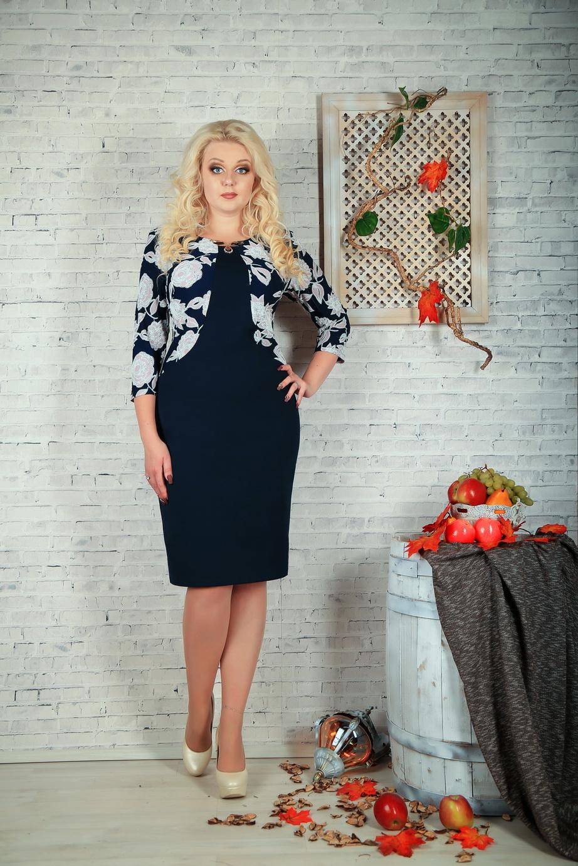 ПлатьеПлатья<br>Цветное платье с круглой горловиной и рукавами 3/4. Модель выполнена из приятного трикотажа. Отличный выбор для повседневного гардероба.  В изделии использованы цвета: синий, белый  Параметры размеров: 44 размер - обхват груди 84 см., обхват талии 72 см., обхват бедер 97 см. 46 размер - обхват груди 92 см., обхват талии 76 см., обхват бедер 100 см. 48 размер - обхват груди 96 см., обхват талии 80 см., обхват бедер 103 см. 50 размер - обхват груди 100 см., обхват талии 84 см., обхват бедер 106 см. 52 размер - обхват груди 104 см., обхват талии 88 см., обхват бедер 109 см. 54 размер - обхват груди 110 см., обхват талии 94,5 см., обхват бедер 114 см. 56 размер - обхват груди 116 см., обхват талии 101 см., обхват бедер 119 см. 58 размер - обхват груди 122 см., обхват талии 107,5 см., обхват бедер 124 см. 60 размер - обхват груди 128 см., обхват талии 114 см., обхват бедер 129 см.  Ростовка изделия 168 см.<br><br>Горловина: С- горловина<br>По длине: Ниже колена<br>По материалу: Трикотаж<br>По рисунку: Растительные мотивы,С принтом,Цветные,Цветочные<br>По силуэту: Приталенные<br>По стилю: Повседневный стиль<br>По форме: Платье - футляр<br>По элементам: С декором<br>Рукав: Рукав три четверти<br>По сезону: Осень,Весна,Зима<br>Размер : 60<br>Материал: Трикотаж<br>Количество в наличии: 1