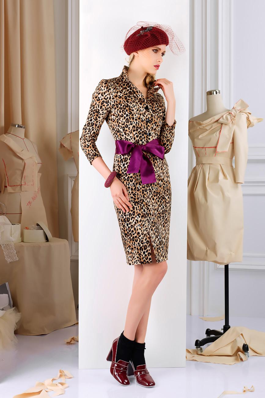 ПлатьеПлатья<br>Экстравагантная модель из плотного хлопкового твила. Платье с имитацией двубортной застежки - тренч.  Подкладка из вискозы в тон контрастного пояса. По правому рельефу на юбке по переду высокая шлица.  Пояс в комплект не входит  Длина изделия от талии 60 см, длина рукава 46 см (для размера 44).   Цвет: бежевый, коричневый, черный  Рост девушки-фотомодели 172 см.<br><br>По длине: До колена<br>По материалу: Хлопок<br>По образу: Город,Свидание<br>По рисунку: Леопард,Цветные,Животные мотивы,С принтом<br>По сезону: Весна,Осень<br>По стилю: Повседневный стиль,Нарядный стиль<br>По форме: Платье - футляр<br>Рукав: Рукав три четверти<br>Воротник: Стойка<br>По силуэту: Приталенные<br>Размер : 44<br>Материал: Костюмно-плательная ткань<br>Количество в наличии: 1