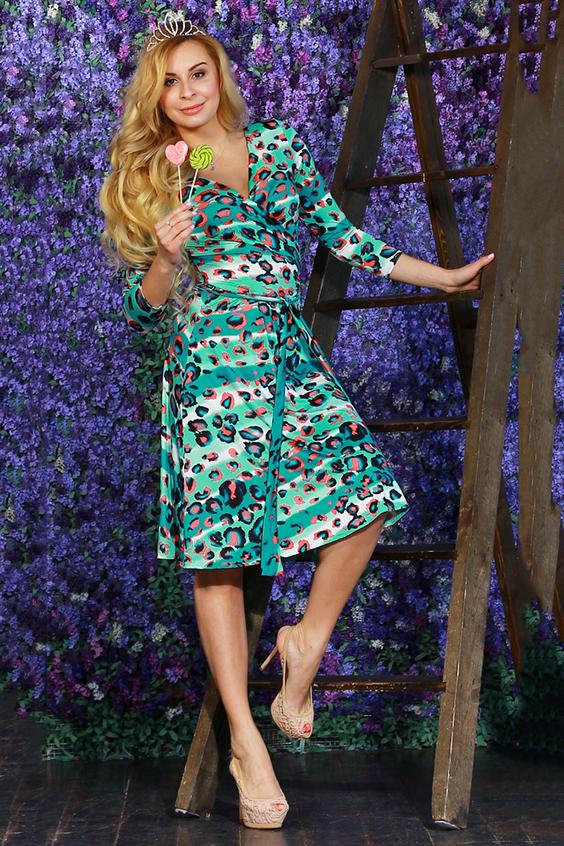 ПлатьеПлатья<br>Платье из легкого струящегося трикотажного полотна приталенного силуэта, отрезное по линии талии с запахом на груди. Мягко драпируясь полочки переходят в длинные полупояса, которые завязываются вокруг талии в различных вариациях.Рукав втачной 3/4.  Длина изделия от 99 см до 105 см, в зависимости от размера.  Цвет: мятный, белый, коралловый  Рост девушки-фотомодели 175 см<br><br>Горловина: V- горловина,Запах<br>По длине: Ниже колена<br>По материалу: Вискоза,Трикотаж<br>По рисунку: Леопард,С принтом,Цветные<br>По сезону: Лето,Осень,Весна<br>По силуэту: Приталенные<br>По стилю: Повседневный стиль<br>По форме: Платье - трапеция<br>Рукав: Рукав три четверти<br>Размер : 48<br>Материал: Холодное масло<br>Количество в наличии: 1