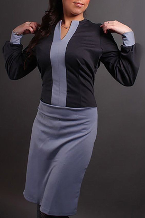 ПлатьеПлатья<br>Великолепное платье с фигурной горловиной и длинными рукавами на манжете. Модель выполнена из плотного трикотажа. Отличный выбор для повседневного гардероба. Платье без пояса.  В изделии использованы цвета: темно-серый, сиреневый  Ростовка изделия 170 см.<br><br>Горловина: Фигурная горловина<br>По длине: До колена<br>По материалу: Трикотаж<br>По рисунку: Цветные<br>По силуэту: Полуприталенные<br>По стилю: Повседневный стиль<br>По форме: Платье - футляр<br>По элементам: С манжетами<br>Рукав: Длинный рукав<br>По сезону: Зима<br>Размер : 42-44<br>Материал: Трикотаж<br>Количество в наличии: 2