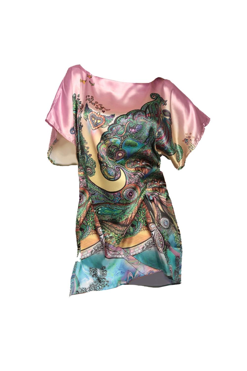 Платье-туникаТуники<br>Платье-туника для домашнего и пляжного отдыха; из натурального 100% шелка; свободного размера; с симметричным арт-принтом по спине и переду.  В изделии использованы цвета: розовый, зеленый и др.  Размер universal соответствует 42-48 размеру.  длина изделия - 79 см обхват груди - 114 см.;  обхват бедер - 120 см.  Ростовка изделия 170 см.<br><br>Горловина: С- горловина<br>По материалу: Шелк<br>По рисунку: С принтом,Цветные,Этнические<br>По сезону: Весна,Всесезон,Зима,Осень,Лето<br>По силуэту: Полуприталенные<br>По стилю: Повседневный стиль<br>Рукав: Короткий рукав<br>Размер : universal<br>Материал: Шелк<br>Количество в наличии: 2