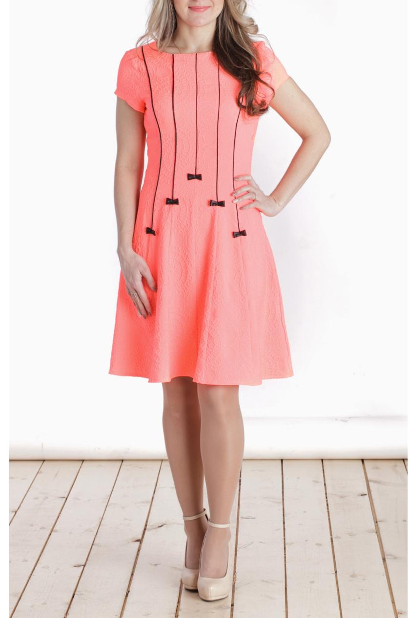 ПлатьеПлатья<br>Невероятно женственное платье с контрастной отделкой. Модель выполнена из мягкой ткани с жаккардовым рисунком. Отличный выбор для любого случая.  Цвет: ярко-лососевый  Длина изделия: 44 размер - 90 см 46 размер - 91,5 см 48 размер - 93 см 50 размер - 94,5 см 52 размер - 96 см  Длина рукава 13 см  Рост девушки-фотомодели 163 см<br><br>Горловина: С- горловина<br>По длине: До колена<br>По материалу: Вискоза,Жаккард,Тканевые<br>По рисунку: Однотонные,Фактурный рисунок<br>По сезону: Весна,Зима,Лето,Осень,Всесезон<br>По силуэту: Приталенные<br>По стилю: Нарядный стиль,Повседневный стиль,Романтический стиль<br>По форме: Платье - трапеция<br>По элементам: С декором<br>Рукав: Короткий рукав<br>Размер : 40,46<br>Материал: Плательная ткань<br>Количество в наличии: 2