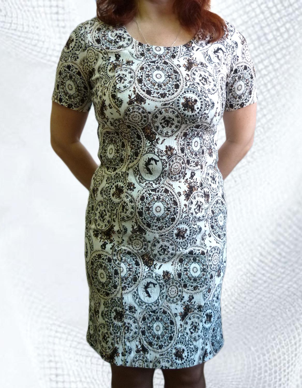 ПлатьеПлатья<br>Женское платье с круглой горловиной и коротким рукавом. Модель полуприталенного силуэта из приятного трикотажа. Отличный вариант для повседневного гардероба.   Цвет: белый, коричневый  Рост девушки-фотомодели 164 см<br><br>По образу: Город,Свидание<br>По стилю: Молодежный стиль,Повседневный стиль<br>По материалу: Тканевые<br>По рисунку: Цветные,Абстракция<br>По сезону: Весна,Осень<br>По силуэту: Полуприталенные<br>По форме: Платье - футляр<br>По длине: Миди<br>Рукав: Короткий рукав<br>Горловина: С- горловина<br>Размер: 46,48,50,52,54,56<br>Материал: 90% хлопок 10% лайкра<br>Количество в наличии: 6