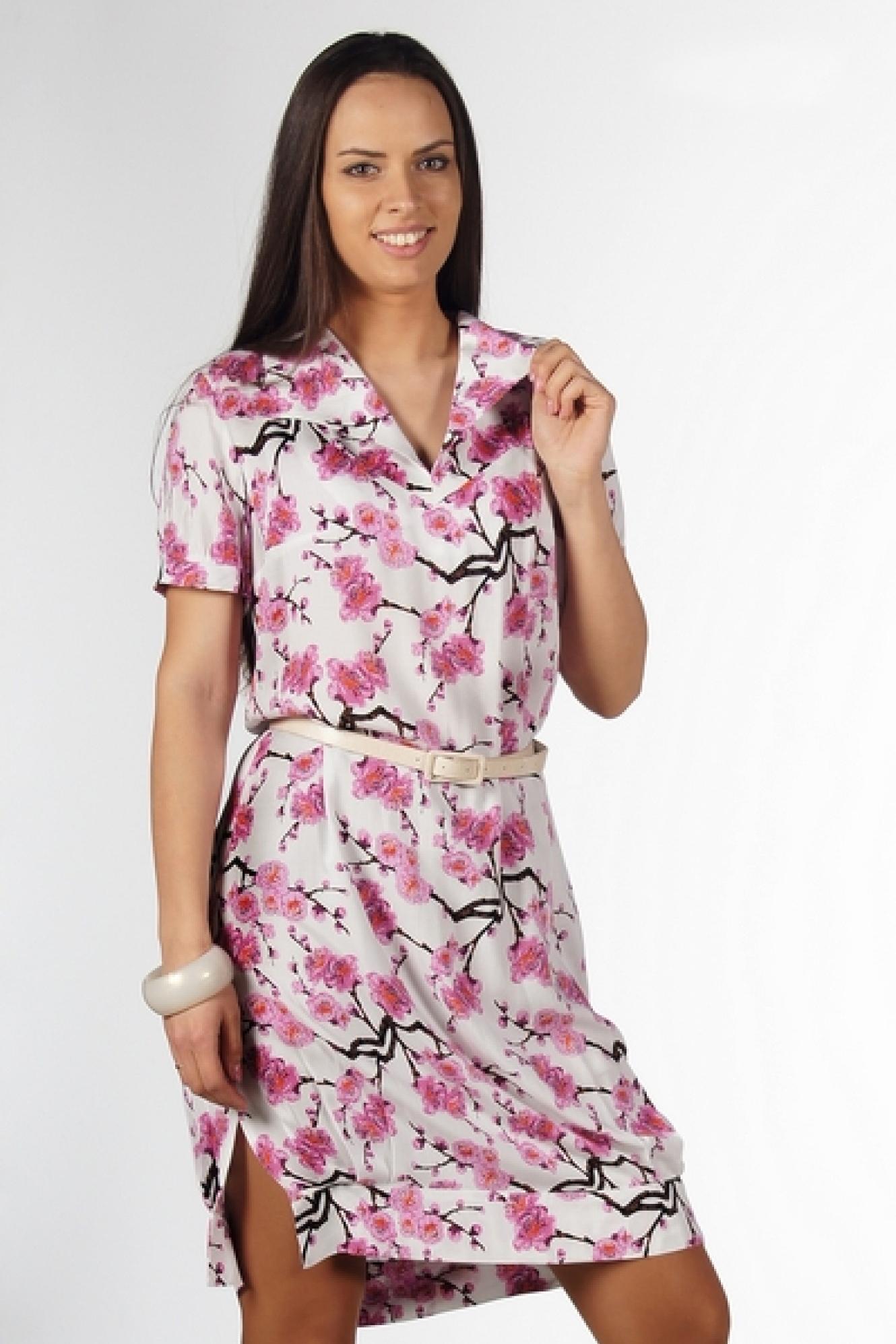 ПлатьеПлатья<br>Удобное летнее платье из мягкого штапеля нежной расцветки цветов сакуры.  Элегантный отложной воротник,  бантовая складка по спине в области лопаток для удобства движения,  по низу манжета с боковыми разрезами .   Платье без пояса. Длина около 100 см.  Цвет: белый, розовый, черный<br><br>По образу: Свидание,Город<br>По стилю: Повседневный стиль<br>По материалу: Хлопок<br>По рисунку: Растительные мотивы,С принтом,Цветные,Цветочные<br>По сезону: Лето<br>По силуэту: Полуприталенные<br>По элементам: С разрезом<br>По длине: До колена<br>Воротник: Отложной<br>Рукав: Короткий рукав<br>Горловина: V- горловина<br>Размер: 46,48,50,52,54,56,58<br>Материал: 90% хлопок 10% полиэстер<br>Количество в наличии: 2