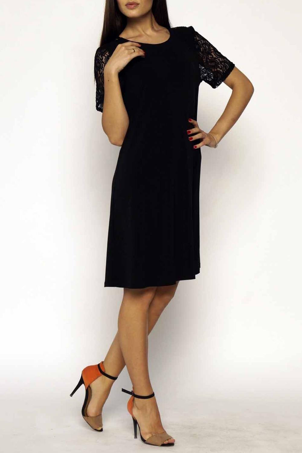 ПлатьеПлатья<br>Клешеное платье с коротким рукавом и круглым вырезом горловины. Изделие выполнено из комфортного трикотажного полотна. В боковых швах имеются карманы, рукава и вставка на спинке выполнены из кружева.  Длина изделия 85 см.  В изделии использованы цвета: черный  Ростовка изделия 170 см.<br><br>Горловина: С- горловина<br>По длине: До колена<br>По материалу: Гипюр,Трикотаж<br>По рисунку: Однотонные<br>По сезону: Весна,Зима,Лето,Осень,Всесезон<br>По силуэту: Полуприталенные<br>По стилю: Нарядный стиль,Повседневный стиль<br>По форме: Платье - трапеция<br>Рукав: Короткий рукав<br>Размер : 40-42,44-46<br>Материал: Холодное масло + Гипюр<br>Количество в наличии: 2