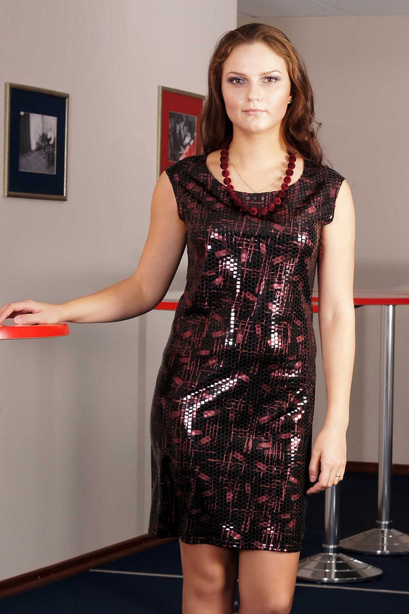 ПлатьеПлатья<br>Это стильное и эффектное платье наверняка станет любимым нарядом для молодых и юных модниц. Его яркая расцветка будет всегда привлекать всеобщее внимание к обладательнице такого платья. А облегающий крой этой модели и ее короткая длина подчеркнет все достоинства женской фигуры, а также стройность и изящность силуэта. Сочетая это платье с крупной бижутерией и обувью на высоком каблуке, каждая девушка будет чувствовать себя настоящей quot;звездойquot; на любой вечеринке или развлекательном мероприятии.  Укороченное платье без рукавов прилегающего силуэта. Платье из фактурного трикотажа, имитирующего покрытие пайетками. Перед с нагрудной вытачкой из бокового шва. Спинка со средним швом. Горловина округлая, расширенная и углубленная.  Длина изделия, см До 50 размера - около 88,0 см; После 50размера – около 93,0 см.  Цвет: черный, розовый<br><br>Горловина: С- горловина<br>По длине: До колена<br>По материалу: Трикотаж<br>По рисунку: С принтом,Цветные<br>По сезону: Весна,Зима,Лето,Осень,Всесезон<br>По силуэту: Полуприталенные<br>По стилю: Нарядный стиль<br>По форме: Платье - футляр<br>Рукав: Без рукавов<br>Размер : 46,48,50,52,54<br>Материал: Трикотаж<br>Количество в наличии: 6