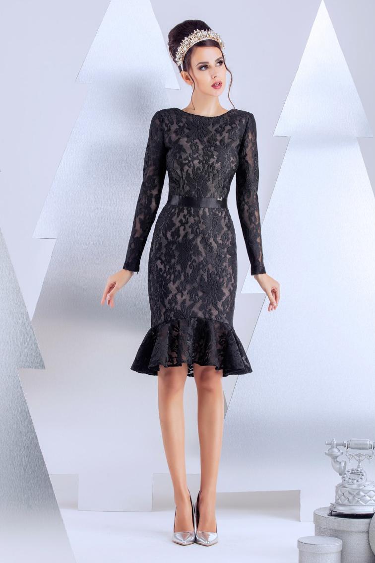 ПлатьеПлатья<br>Платье для коктейля. Сдержанное спереди и пикантно оголенное на спинке. Изюминка модели - эластичная тесьма в форме бантика на спинке. Линия тесьмы проходит по линии бюстгальтера. Изделие посажено на вискозную эластичную подкладку телесного цвета, что создает эффект наготы. Длина изделия от талии 55 см по переду (для размера 44).   В изделии использованы цвета: черный  Рост девушки-фотомодели 174 см.<br><br>Горловина: С- горловина<br>По длине: До колена<br>По материалу: Гипюр<br>По рисунку: Однотонные<br>По сезону: Весна,Зима,Лето,Осень,Всесезон<br>По силуэту: Приталенные<br>По стилю: Вечерний стиль,Нарядный стиль<br>По форме: Платье - годе<br>По элементам: С воланами и рюшами,С открытой спиной,С фигурным низом,С молнией<br>Рукав: Длинный рукав<br>Размер : 40,42<br>Материал: Кружево<br>Количество в наличии: 2