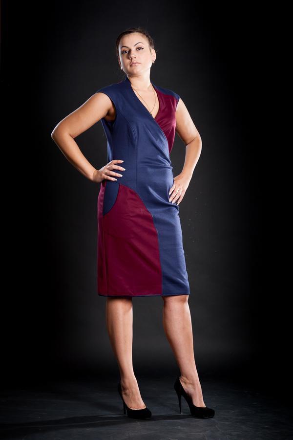 ПлатьеПлатья<br>Полуоблегающее фигуру платье из джерси европейского производства, средней длины. Эффектная комбинация двух цветов, выполнено в классическом стиле.  Можно носить в качестве сарафана с блузкой или джемпером.  Длина изделия 108 см.  Цвет: синий, фиолетовый<br><br>По образу: Свидание,Город<br>По стилю: Повседневный стиль<br>По материалу: Вискоза,Трикотаж<br>По рисунку: Цветные<br>По сезону: Весна,Осень<br>По силуэту: Полуприталенные<br>По форме: Платье - футляр<br>По длине: До колена<br>Рукав: Без рукавов<br>Горловина: V- горловина,Запах<br>Размер: 52,54<br>Материал: 60% вискоза 35% полиэстер 5% лайкра<br>Количество в наличии: 2