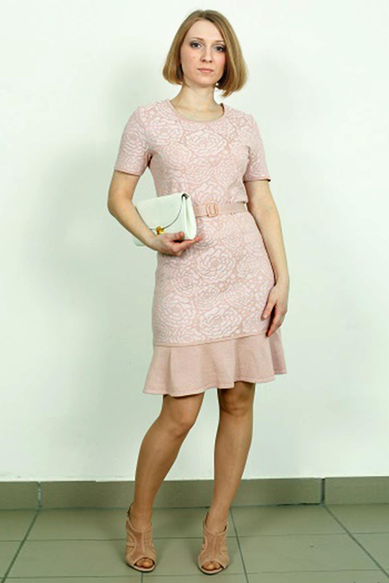 ПлатьеПлатья<br>Романтичное платье с круглой горловиной и короткими рукавами. Вязаный трикотаж - это красота, тепло и комфорт. В вязаных вещах очень легко оставаться женственной и в то же время не замёрзнуть.  В изделии использованы цвета: бледно-розовый  Ростовка изделия 170 см.<br><br>Горловина: С- горловина<br>По длине: До колена<br>По материалу: Вязаные,Трикотаж<br>По рисунку: Однотонные,Растительные мотивы,Цветочные<br>По силуэту: Приталенные<br>По стилю: Повседневный стиль,Романтический стиль<br>По форме: Платье - футляр<br>По элементам: С воланами и рюшами<br>Рукав: Короткий рукав<br>По сезону: Лето<br>Размер : 42<br>Материал: Вязаное полотно<br>Количество в наличии: 1