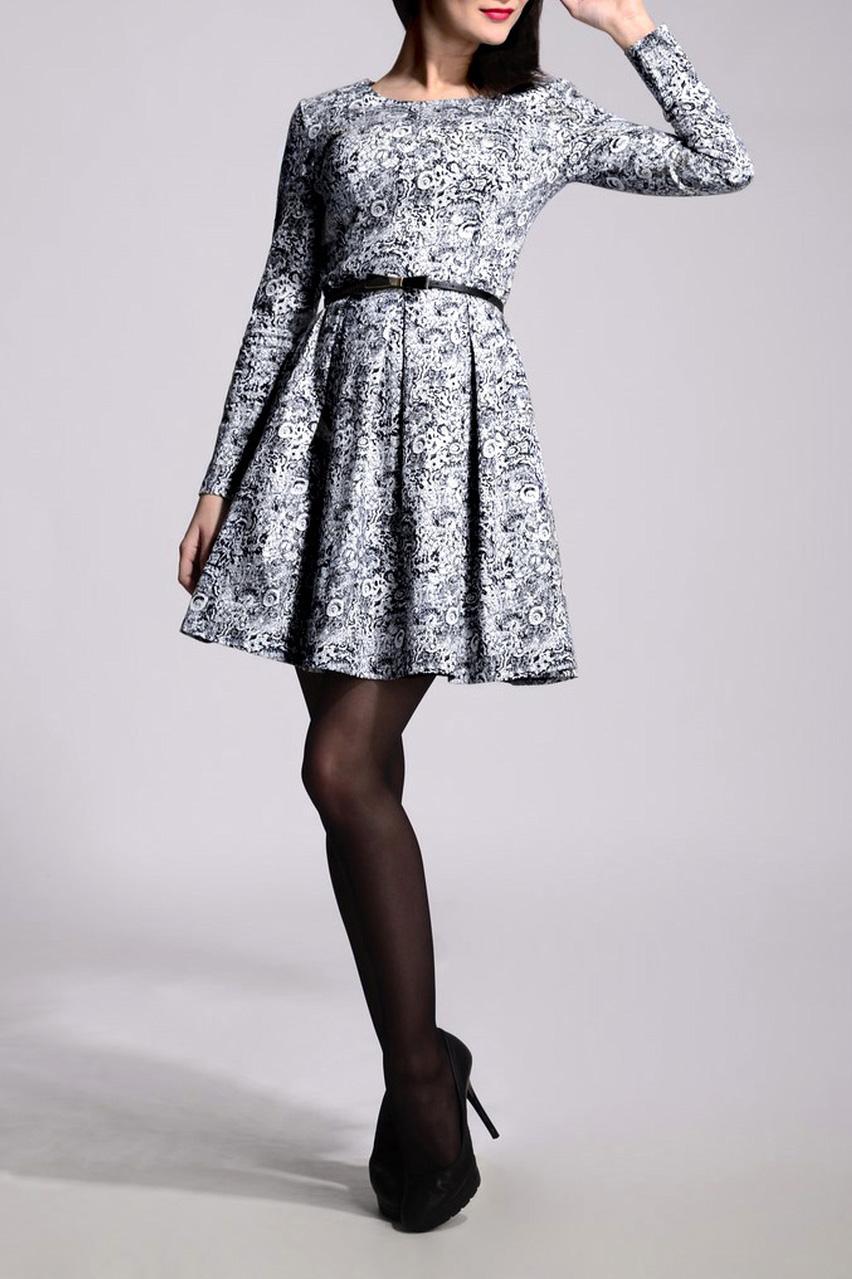 ПлатьеПлатья<br>Изысканное женское платье силуэтатрапеция с округлой горловиной и длинными рукавами. Побалуйте себя этой великолепной покупкой. Пояс в комплект не входит.  В изделии использованы цвета: белый, черный, серый и др.  Рост девушки-фотомодели 170 см<br><br>Горловина: С- горловина<br>По длине: До колена<br>По материалу: Хлопок<br>По рисунку: Абстракция,С принтом,Цветные<br>По силуэту: Приталенные<br>По стилю: Кэжуал,Повседневный стиль,Романтический стиль<br>По форме: Беби - долл,Платье - трапеция<br>По элементам: Со складками<br>Рукав: Длинный рукав<br>По сезону: Осень,Весна,Зима<br>Размер : 48<br>Материал: Хлопок<br>Количество в наличии: 1