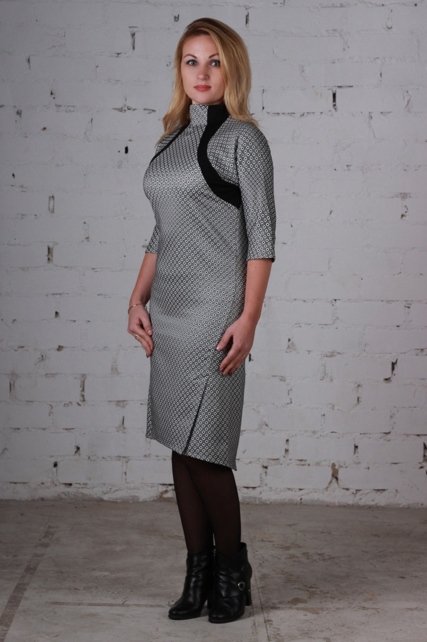ПлатьеПлатья<br>Великолепное платье приталенного силуэта. Модель выполнена из приятного материала. Отличный выбор для любого случая.  В изделии использованы цвета: серый, черный и др.  Ростовка изделия 170 см.<br><br>Горловина: С- горловина<br>По материалу: Тканевые<br>По рисунку: С принтом,Цветные<br>По силуэту: Приталенные<br>По стилю: Офисный стиль,Повседневный стиль<br>По форме: Платье - футляр<br>По элементам: С разрезом<br>Разрез: Короткий,Шлица<br>Рукав: Рукав три четверти<br>По сезону: Осень,Весна,Зима<br>По длине: Ниже колена<br>Размер : 46,48,50,52<br>Материал: Плательная ткань<br>Количество в наличии: 8