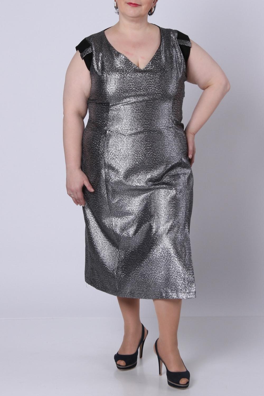 ПлатьеПлатья<br>Очень красивое вечернее платье из серебряной парчи.  Фасон - облегающий, зауженный к низу. По левой ноге - разрез 35 см. Глубокое фигурное декольте. Пройма обработана однотонным мягким трикотажем и петлями из парчи. Линия плеча слегка приспущена.К платью прилагается комбинация из мягкого трикотажа, отделанная кружевом. С левой стороны в шов вставлена потайная молния длиной 35 см. Платье без подплечников. Спинка однотонная серебряная.  Длина по спинке - 115 см.  Цвет: серебряный  Рост девушки-фотомодели 164 см.<br><br>Горловина: V- горловина<br>По длине: Ниже колена<br>По материалу: Вискоза,Тканевые<br>По сезону: Весна,Всесезон,Зима,Лето,Осень<br>По силуэту: Полуприталенные<br>По стилю: Нарядный стиль<br>По форме: Платье - футляр<br>По элементам: С декором,С разрезом<br>Рукав: Без рукавов<br>По рисунку: Леопард,С принтом,Цветные<br>Разрез: Короткий<br>Размер : 60<br>Материал: Плательная ткань<br>Количество в наличии: 1