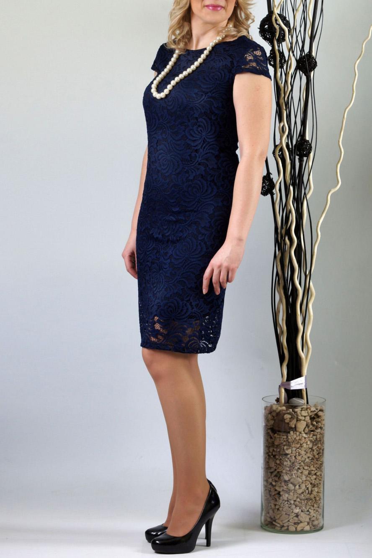 ПлатьеПлатья<br>Женственное платье облегающего покроя из высококачественного эластичного кружева. Эта двухслойная модель  сформирует Ваш  силуэт. Глубокий синий цвет добавит изысканности и женственности в Ваш образ. Спереди  нагрудные вытачки из бокового шва. Спинка со средним швом, без отличительных особенностей. Великолепный вырез горловины:  округлый по переду и V-образный по спинке выгодно подчеркнет Вашу шею и грудь. Рукав-крылышко втачной без нижних участков под проймой. Длина рукава 9,5 см. Платье на трикотажной подкладке. Подкладка из масла «кристалл»  короче основного платья на 11,0 см.  Длина около 98 см.  Цвет: синий  Ростовка изделия 170 см.<br><br>Горловина: С- горловина<br>По длине: До колена<br>По материалу: Гипюр,Трикотаж<br>По рисунку: Однотонные<br>По сезону: Весна,Зима,Лето,Осень,Всесезон<br>По силуэту: Приталенные<br>По стилю: Нарядный стиль,Повседневный стиль<br>По форме: Платье - футляр<br>Рукав: Короткий рукав<br>Размер : 46,56<br>Материал: Холодное масло + Гипюр<br>Количество в наличии: 3