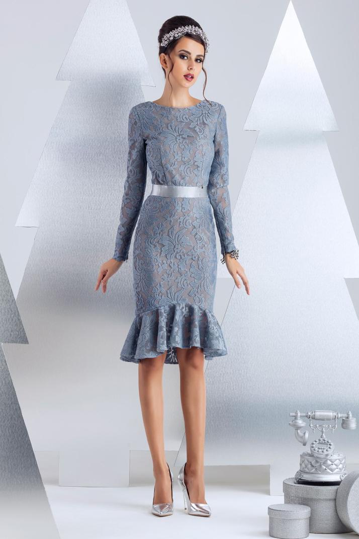 ПлатьеПлатья<br>Платье для коктейля. Сдержанное спереди и пикантно оголенное на спинке. Изюминка модели - эластичная тесьма в форме бантика на спинке. Линия тесьмы проходит по линии бюстгальтера. Изделие посажено на вискозную эластичную подкладку телесного цвета, что создает эффект наготы. Длина изделия от талии 55 см по переду (для размера 44).   В изделии использованы цвета: серо-голубой  Рост девушки-фотомодели 174 см.<br><br>Горловина: С- горловина<br>По длине: До колена<br>По материалу: Гипюр<br>По рисунку: Однотонные<br>По сезону: Весна,Зима,Лето,Осень,Всесезон<br>По силуэту: Приталенные<br>По стилю: Вечерний стиль,Нарядный стиль<br>По форме: Платье - годе<br>По элементам: С воланами и рюшами,С молнией,С открытой спиной,С фигурным низом<br>Рукав: Длинный рукав<br>Размер : 42,44,46<br>Материал: Кружево<br>Количество в наличии: 3