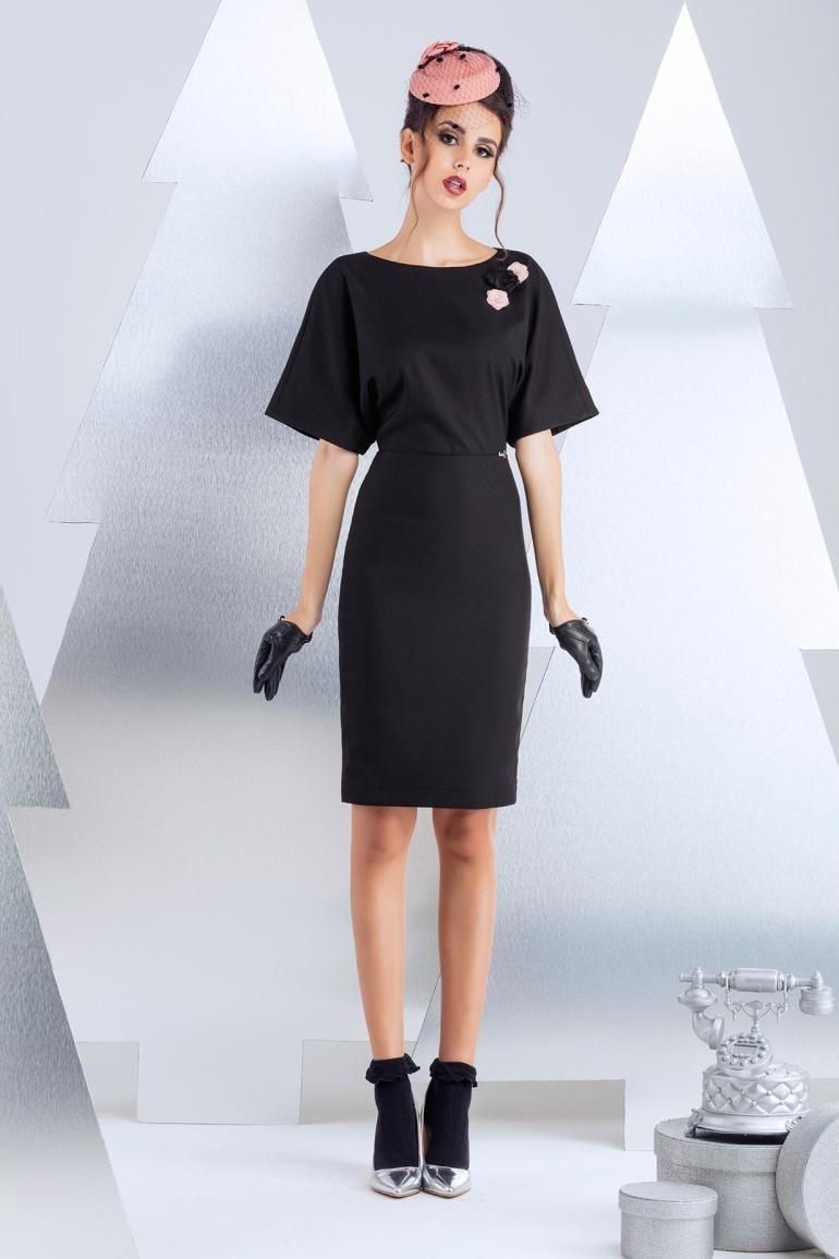 ПлатьеПлатья<br>Платье для офиса, выполеннное из полированной костюмной вискозы. Разъемная молния по среднему шву спинки, вносит пикантные ноты в офисный стиль. Изделие на подкладке из вискозы. Длина изделия 60 см  (для размера 44).  В изделии использованы цвета: черный  Рост девушки-фотомодели 174 см.<br><br>Горловина: С- горловина<br>По длине: До колена<br>По материалу: Костюмные ткани,Тканевые<br>По рисунку: Однотонные<br>По силуэту: Полуприталенные<br>По стилю: Офисный стиль,Повседневный стиль<br>По форме: Платье - футляр<br>По элементам: С декором,С молнией<br>Рукав: До локтя<br>По сезону: Осень,Весна<br>Размер : 42,44,46<br>Материал: Костюмно-плательная ткань<br>Количество в наличии: 3