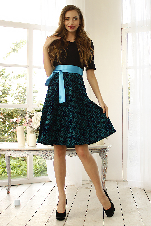 ПлатьеПлатья<br>Комбинированное платье приталенного силуэта, отрезное по линии талии. Полочка и спинка с рельефами, рукав втачной, до локтя. Выполнены из полушерстяного трикотажного полотна. Юбка расклешеная из флока с рельефным рисунком. По-девичьи скромное и женственно-роскошное платье с расклешенной юбкой сделает свою обладательницу обаятельной и неповторимой и поможет очаровать всех вокруг Платье без пояса.  Длина изделия от  99 см до  106 см, в зависимости от размера.  В изделии использованы цвета: черный, голубой  Ростовка изделия 170 см.<br><br>Горловина: С- горловина<br>По длине: До колена<br>По материалу: Бархат,Трикотаж<br>По рисунку: С принтом,Цветные<br>По силуэту: Приталенные<br>По стилю: Нарядный стиль,Повседневный стиль<br>По форме: Платье - трапеция<br>Рукав: До локтя<br>По сезону: Осень,Весна,Зима,Лето,Всесезон<br>Размер : 50,52<br>Материал: Трикотаж + Бархат<br>Количество в наличии: 2