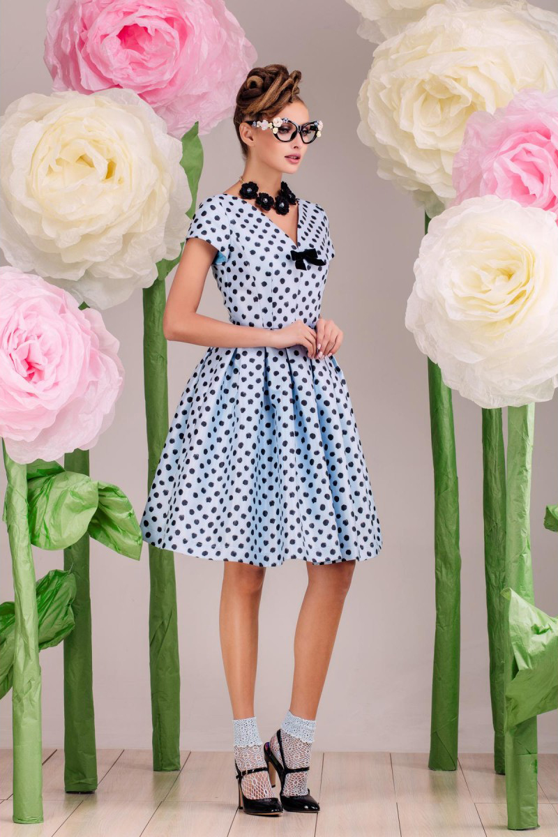 ПлатьеПлатья<br>Повседневное платье с кокетливым вырезом горловины, выполнено из двухосновной плательной ткани (диагональ) с цифровым прином. Подкладка верха изделия, включая рукава-100% хлопок. Низ изделия заложен по талии в мягкие складки. В качестве декора используется бант из велюровой двусторонней ленты. Длина изделия 55 см (для размера 44).  В изделии использованы цвета: голубой, черный  Рост девушки-фотомодели 172 см.<br><br>Горловина: V- горловина<br>По длине: До колена<br>По материалу: Тканевые<br>По рисунку: В горошек,С принтом,Цветные<br>По сезону: Лето,Осень,Весна<br>По силуэту: Приталенные<br>По стилю: Нарядный стиль,Повседневный стиль,Романтический стиль<br>По форме: Беби - долл<br>По элементам: Со складками<br>Рукав: Короткий рукав<br>Размер : 40,48<br>Материал: Плательная ткань<br>Количество в наличии: 2
