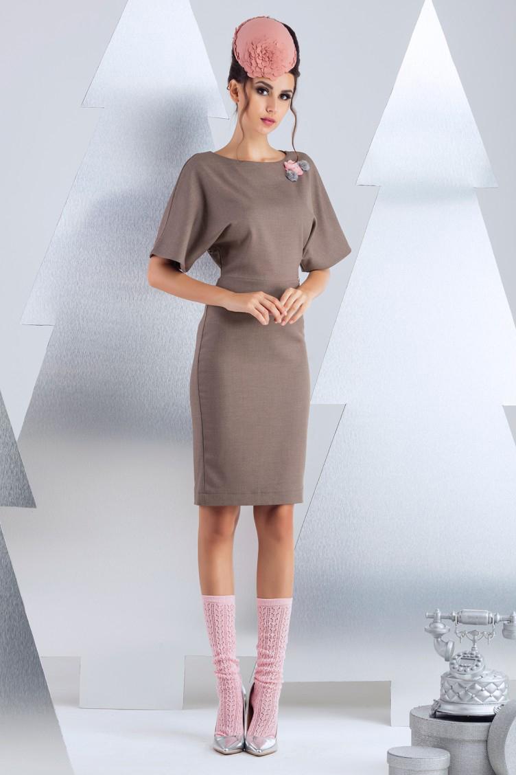 ПлатьеПлатья<br>Платье для офиса, выполеннное из полированной костюмной вискозы. Разъемная молния по среднему шву спинки, вносит пикантные ноты в офисный стиль. Изделие на подкладке из вискозы. Длина изделия 60 см  (для размера 44).  В изделии использованы цвета: светло-коричневый  Рост девушки-фотомодели 174 см.<br><br>Горловина: С- горловина<br>По длине: До колена<br>По материалу: Костюмные ткани,Тканевые<br>По рисунку: Однотонные<br>По силуэту: Полуприталенные<br>По стилю: Офисный стиль,Повседневный стиль<br>По форме: Платье - футляр<br>По элементам: С декором,С молнией<br>Рукав: До локтя<br>По сезону: Осень,Весна<br>Размер : 42,46<br>Материал: Костюмно-плательная ткань<br>Количество в наличии: 2