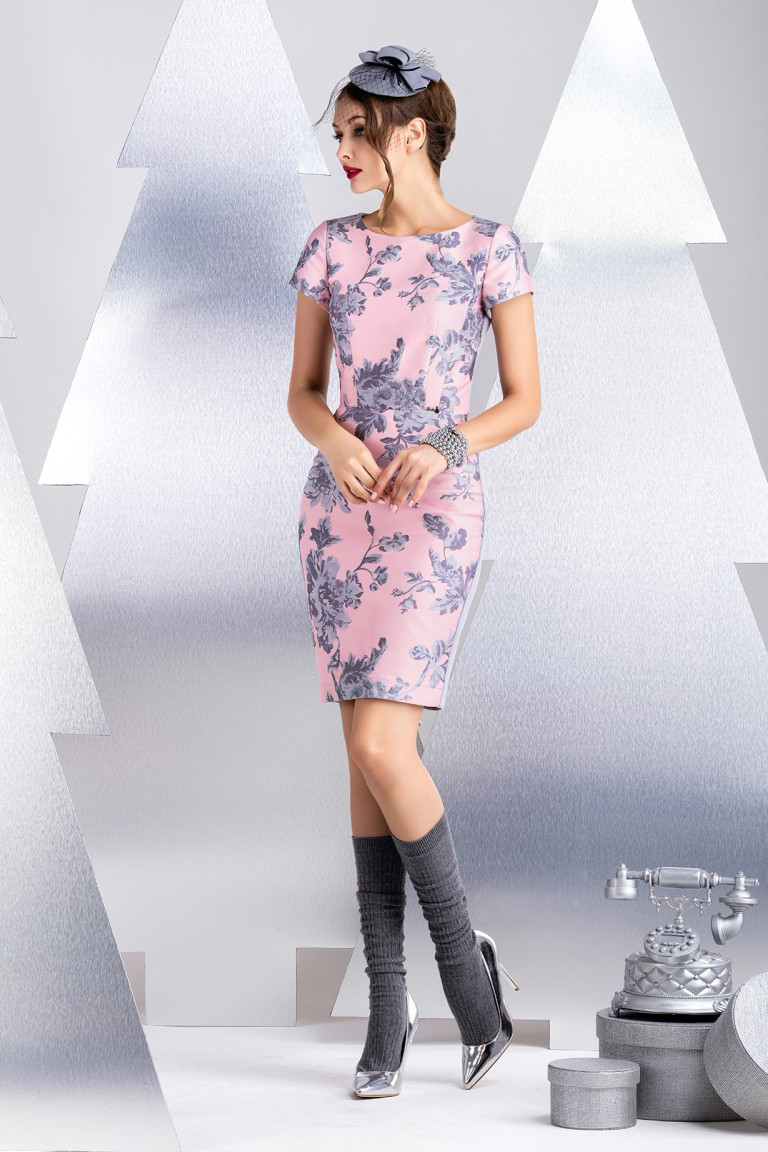 ПлатьеПлатья<br>Платье прямого силуэта с коротким рукавом. Выполнено из комбинации двух материалов вискозного жаккардового полотна и джерси. Из эластичного полотна выполнена спинка изделия, что обеспечивает иделаьную посадку и комфорт в носке. В качестве декоративного элемента используется функциональная молния контрастного цвета. Длина рукава 16 см, длина от талии 56 см (для размера 44).  В изделии использованы цвета: розовый, серый  Рост девушки-фотомодели 172 см.<br><br>Горловина: С- горловина<br>По длине: До колена<br>По материалу: Жаккард<br>По рисунку: Растительные мотивы,С принтом,Цветные,Цветочные<br>По силуэту: Приталенные<br>По стилю: Повседневный стиль,Романтический стиль<br>По форме: Платье - футляр<br>По элементам: С молнией<br>Рукав: Короткий рукав<br>По сезону: Осень,Весна<br>Размер : 48<br>Материал: Жаккард<br>Количество в наличии: 2