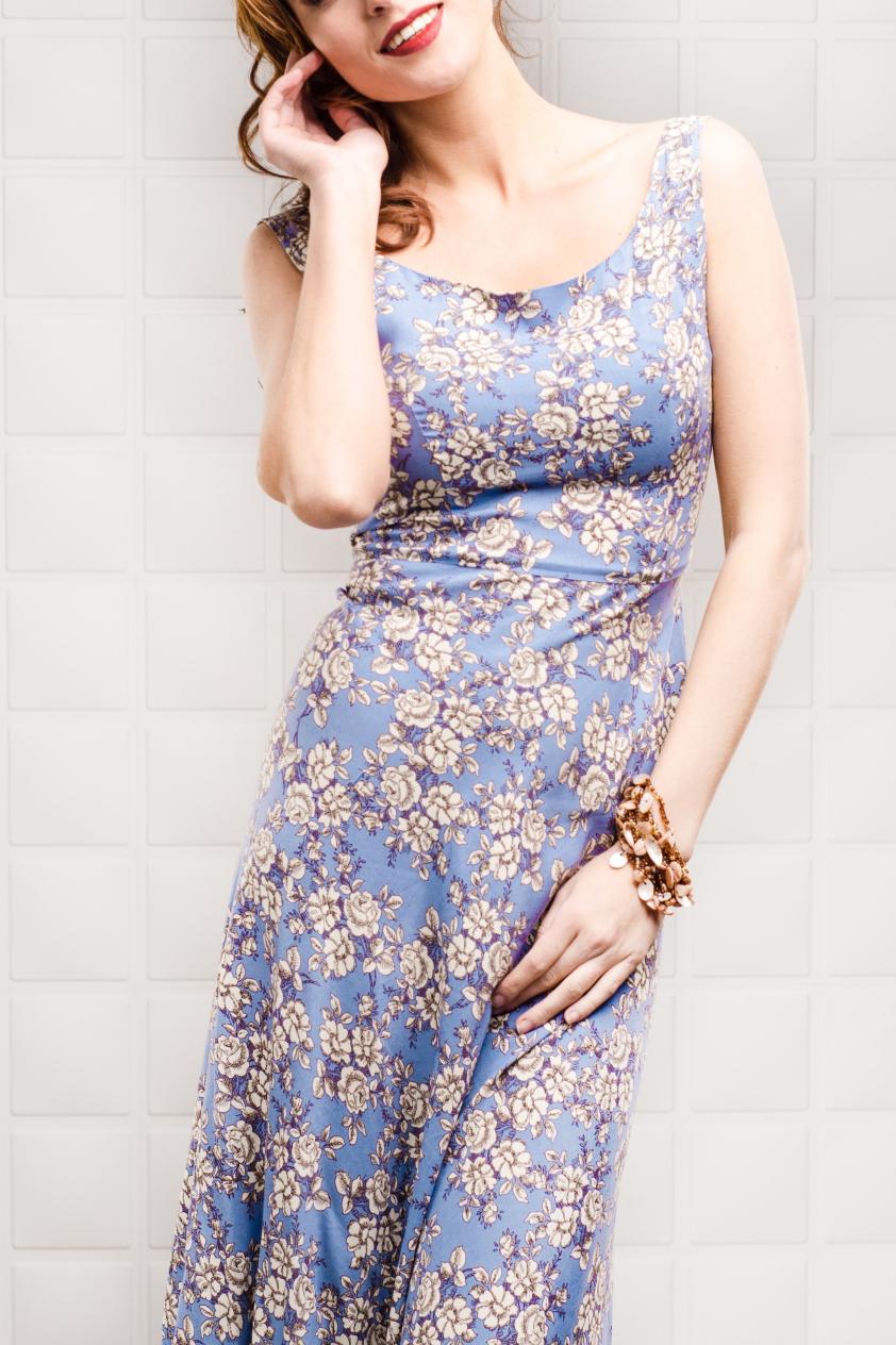 ПлатьеПлатья<br>Цветное платье в пол без рукавов. На спинке глубокий вырез с воланами. Модель выполнена из приятного материала. Отличный выбор для любого случая. Молния на спинке.  Цвет: голубой, белый, сиреневый  Рост девушки-фотомодели 170 см<br><br>Горловина: С- горловина<br>По материалу: Вискоза<br>По рисунку: Растительные мотивы,С принтом,Цветные,Цветочные<br>По силуэту: Полуприталенные<br>По стилю: Повседневный стиль,Летний стиль<br>По элементам: С открытой спиной,С воланами и рюшами<br>Рукав: Без рукавов<br>По сезону: Лето<br>По длине: Макси<br>По форме: Платье - трапеция<br>Размер : 42-44<br>Материал: Вискоза<br>Количество в наличии: 4
