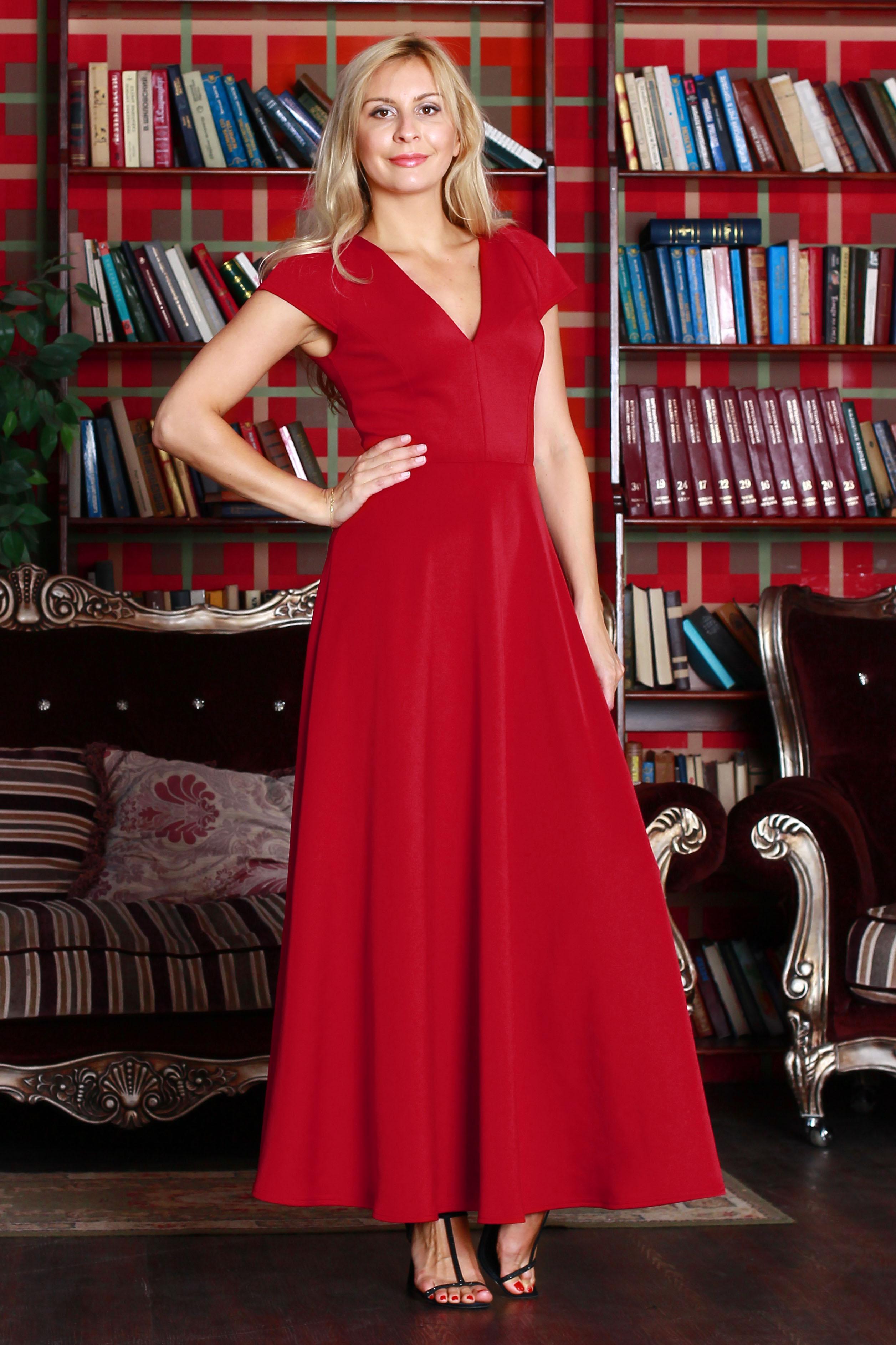ПлатьеПлатья<br>Платье из плотного трикотажного полотна с эластаном приталенного силуэта, отрезное по линии талии с длинной расклешенной юбкой. Полочка и спинка с рельефами и с глубоким v-образным вырезом, рукав - крыло.  Цвет: красный  Ростовка изделия 170 см.<br><br>Горловина: V- горловина<br>По длине: Макси<br>По материалу: Вискоза,Трикотаж<br>По образу: Город,Свидание<br>По рисунку: Однотонные<br>По сезону: Весна,Всесезон,Зима,Лето,Осень<br>По силуэту: Полуприталенные<br>По стилю: Нарядный стиль,Повседневный стиль<br>По форме: Платье - трапеция<br>Рукав: Короткий рукав<br>Размер : 42,44,50<br>Материал: Трикотаж<br>Количество в наличии: 3