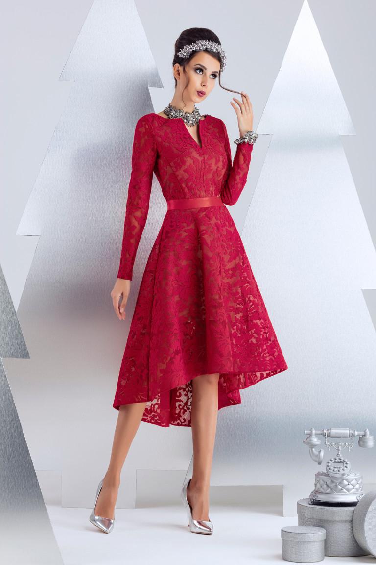 ПлатьеПлатья<br>Коктейльное платье из техно-сетки с цветочным мотивом. Сатиновая резинка в тон, выгодно подчеркивает линию талии. Платье посажено на вискозную подкладку с эластаном телесного цвета, содающую эффект наготы. Низ платья посажен на ленту регилен в тон. Длина изделия от талии 60 см по переду (для размера 44).  В изделии использованы цвета: красный  Рост девушки-фотомодели 174 см.<br><br>Горловина: Фигурная горловина<br>По длине: До колена<br>По материалу: Вискоза,Гипюр<br>По рисунку: Однотонные<br>По сезону: Весна,Зима,Лето,Осень,Всесезон<br>По силуэту: Приталенные<br>По стилю: Вечерний стиль,Нарядный стиль<br>По форме: Платье - трапеция<br>По элементам: С молнией,С подкладом,С фигурным низом,Со шлейфом<br>Рукав: Длинный рукав<br>Размер : 40<br>Материал: Кружево<br>Количество в наличии: 2