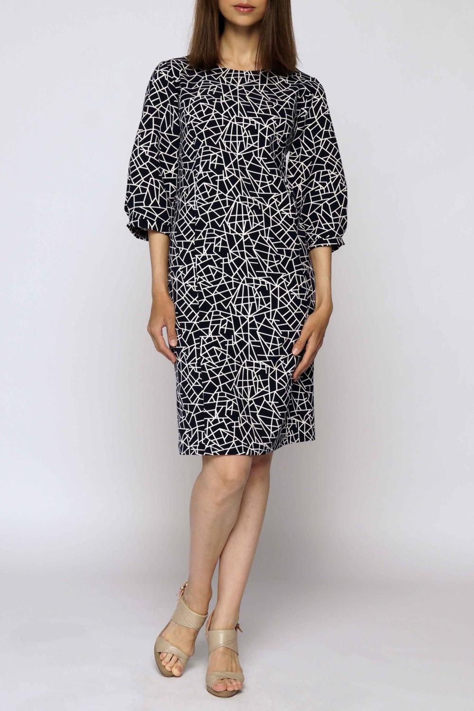 ПлатьеПлатья<br>Элегантное платье свободного силуэта с оригинальным рукавом три четверти на тонком манжете. Вырез горловины круглый, изделие выполнено из костюмного полотна.Длина около 93 см по спинкеВ изделии использованы цвета: синий, белыйРостовка изделия 170 см.<br><br>Горловина: С- горловина<br>Рукав: Рукав три четверти<br>Рисунок: С принтом,Цветные<br>Сезон: Весна,Осень<br>Силуэт: Прямые,Свободные<br>Стиль: Повседневный стиль,Кэжуал<br>Длина: До колена<br>Материал: Тканевые<br>Элементы: С манжетами<br>Размер : 44-46,56-58<br>Материал: Плательная ткань<br>Количество в наличии: 2