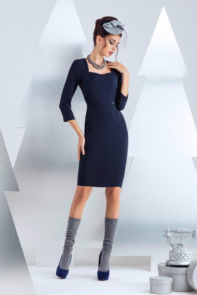 ПлатьеПлатья<br>Платье футляр узкого силуэта. Простота линий силуэта и красота формы декольте идеальное сочетание для офисного платья. По среднему шву спинки предусмотрена двустороння декоративно-функциональная молния. Рукав 3/4 длина 48 см, длина изделия от талии 60 см (для размера 44).  В изделии использованы цвета: синий  Рост девушки-фотомодели 172 см.<br><br>Горловина: Фигурная горловина<br>По длине: До колена<br>По материалу: Костюмные ткани<br>По рисунку: Однотонные<br>По сезону: Зима,Осень,Весна<br>По силуэту: Приталенные<br>По стилю: Классический стиль,Офисный стиль,Повседневный стиль<br>По форме: Платье - футляр<br>По элементам: С молнией<br>Рукав: Рукав три четверти<br>Размер : 48<br>Материал: Костюмно-плательная ткань<br>Количество в наличии: 1