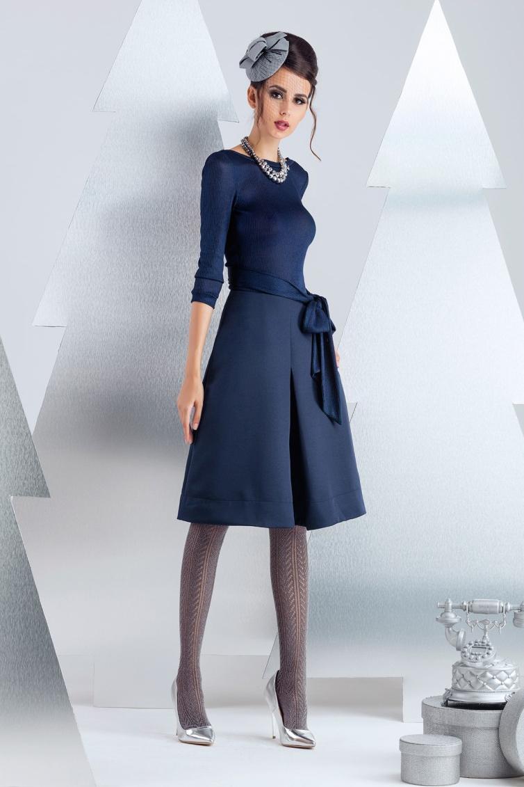 ПлатьеПлатья<br>Платье-костюм из разных фактур. Верх выполнен из вискозного трикотажа, низ из костюмно-плательной диагонали. Сдержанный крой полочки, переходит в пикантное декольте на спинке (до линии бюстгальтера). Юбка А-силуэта, застежка на молнию в среднем шве спинки. Длина изделия от линии тилии 60 см (для размера 44) Платье без пояса.  В изделии использованы цвета: синий  Рост девушки-фотомодели 174 см.<br><br>Горловина: С- горловина<br>По длине: Ниже колена<br>По материалу: Костюмные ткани,Тканевые<br>По рисунку: Однотонные<br>По силуэту: Приталенные<br>По стилю: Повседневный стиль<br>По форме: Платье - трапеция<br>По элементам: С молнией,С открытой спиной<br>Рукав: Рукав три четверти<br>По сезону: Осень,Весна<br>Размер : 40<br>Материал: Костюмно-плательная ткань<br>Количество в наличии: 2