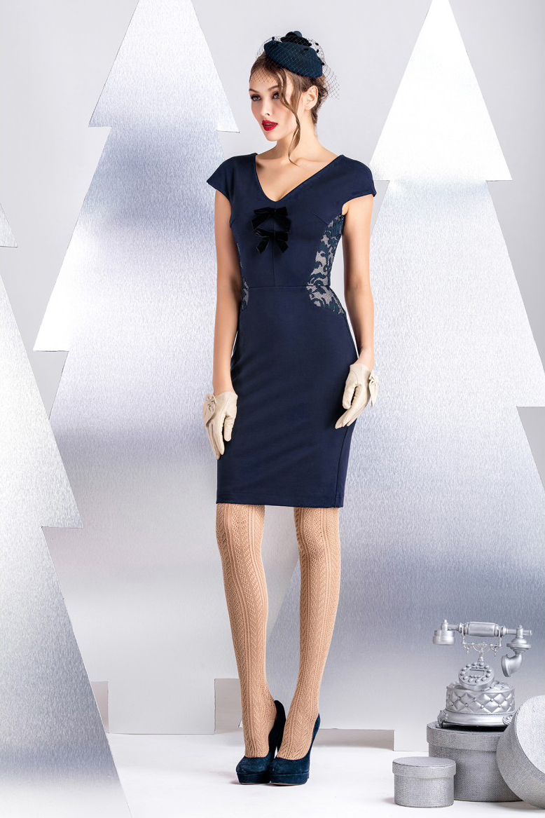 ПлатьеПлатья<br>Офисное платье из плотного хлопково-вискозного джерси с декоративными вставками из контрастного техно-полотна с вышивкой. Особенность конструкции изделия позволяет создать приталенный силуэт и зрительно моделировать фигуру. Спущенное плечо, длина рукава от линии горловины 16 см. Длина изделия от линии талии 56 см (для размера 44).  В изделии использованы цвета: синий, бежевый  Рост девушки-фотомодели 172 см.<br><br>Горловина: V- горловина<br>По длине: До колена<br>По материалу: Гипюр,Трикотаж<br>По рисунку: Цветные<br>По силуэту: Приталенные<br>По стилю: Нарядный стиль,Повседневный стиль<br>По форме: Платье - футляр<br>По элементам: С декором,С молнией<br>Рукав: Короткий рукав<br>По сезону: Осень,Весна<br>Размер : 42,44,46<br>Материал: Трикотаж + Гипюр<br>Количество в наличии: 3