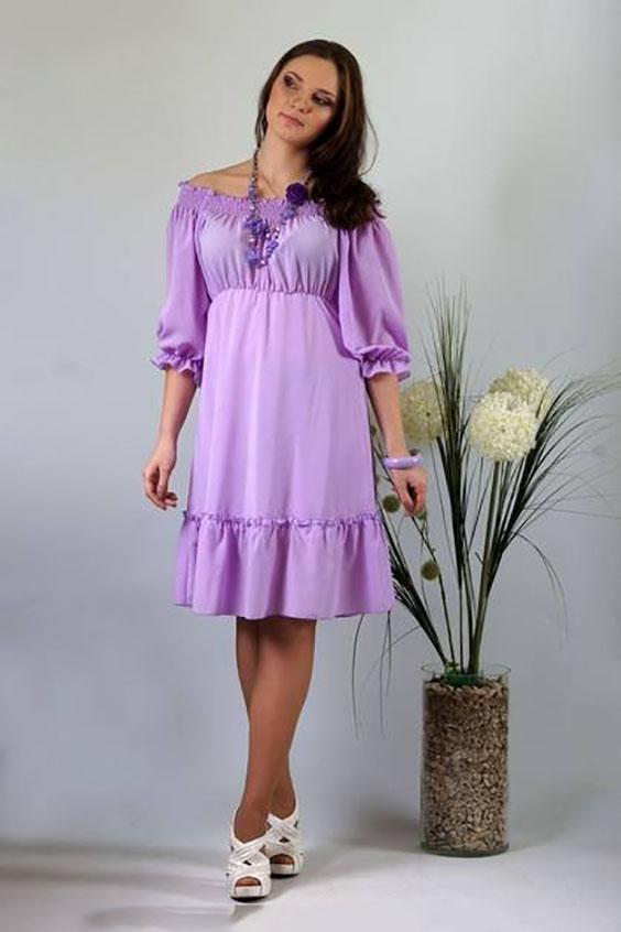 ПлатьеПлатья<br>Романтичная модель подойдет для любого торжества. Шифоновое однотонное платье отрезное под грудью, расширенного к низу силуэта. Лиф расширенный как по верхнему, так и по нижнему срезу. По верхнему срезу всего изделия проложены параллельные ряды строчки нитки-резинки с открытым внешним срезом, позволяющие носить изделие либо оголив плечи, либо закрыв их. По шву притачивания к юбке лиф равномерно присобран. Рукава широкие, длиной до локтя, покроя реглан. По нижнему срезу рукава проложена строчка нитки-резинки, образующая небольшую оборку. Юбка расширенная к низу с настроченным присборенным прямоугольным воланом. Ширина волана 20,0 см. Юбка на подкладке. Длина подкладки короче обшей длины платья на 17,5 см.  Длина изделия: До 48 размера - 90,0 см; 50 размер - 94,0 см; 52-58 размеры – 97,0 см.   Цвет: сиреневый  Ростовка изделия 170 см.<br><br>Горловина: Лодочка<br>По длине: До колена<br>По материалу: Тканевые<br>По рисунку: Однотонные<br>По силуэту: Свободные<br>По стилю: Повседневный стиль<br>По форме: Платье - трапеция<br>По элементам: С воланами и рюшами<br>Рукав: Рукав три четверти<br>По сезону: Осень,Весна<br>Размер : 46,48,56<br>Материал: Плательная ткань<br>Количество в наличии: 3