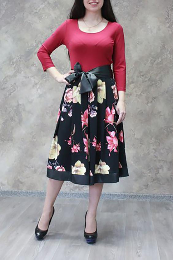 ПлатьеПлатья<br>Повседневно-нарядное платье прекрасно подойдет как для праздника, так и для романтичной встречи. В наших платьях Вы будете выглядеть очаровательно на любом вечере. Вшитый атласный пояс.  Цвет брусничный,черный.  Ростовка изделия - 170 см.<br><br>Горловина: С- горловина<br>По длине: Ниже колена<br>По материалу: Атлас,Трикотаж<br>По рисунку: Растительные мотивы,С принтом,Цветные,Цветочные<br>По сезону: Зима,Осень,Весна<br>По силуэту: Полуприталенные,Приталенные<br>По стилю: Нарядный стиль,Повседневный стиль<br>По форме: Платье - трапеция<br>По элементам: С декором,Со складками<br>Рукав: Рукав три четверти<br>Размер : 44,46,48,50,52<br>Материал: Холодное масло + Атлас<br>Количество в наличии: 15